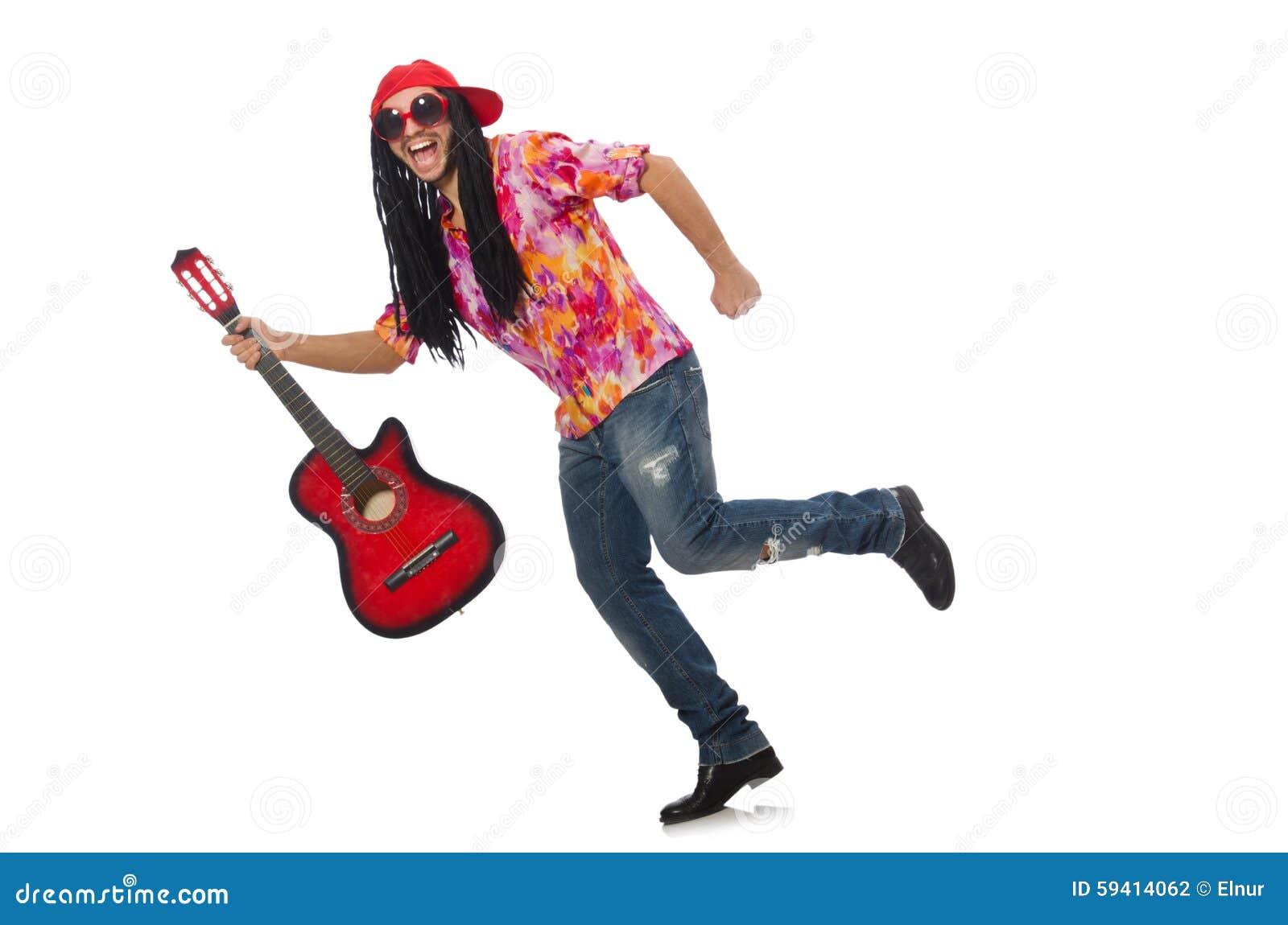 Manlig musiker med gitarren som isoleras på vit