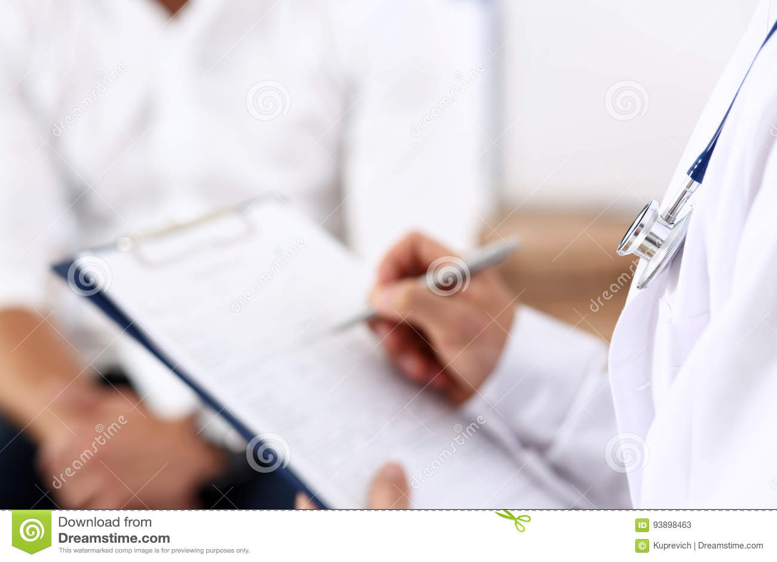 Manlig penna för silver för doktorshandhåll som fyller listan för tålmodig historia