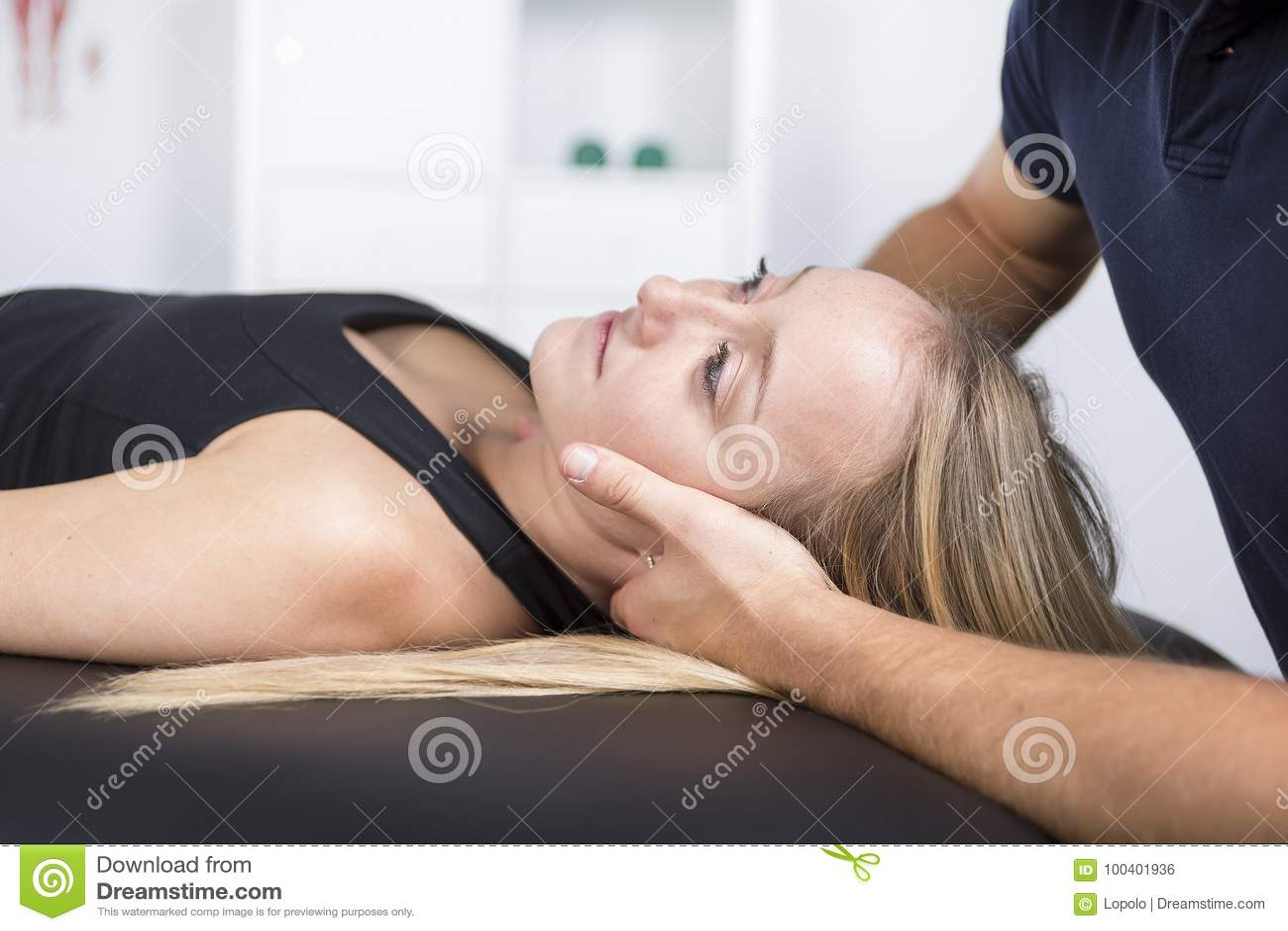 Manlig physio terapeut- och kvinnaportionpatient