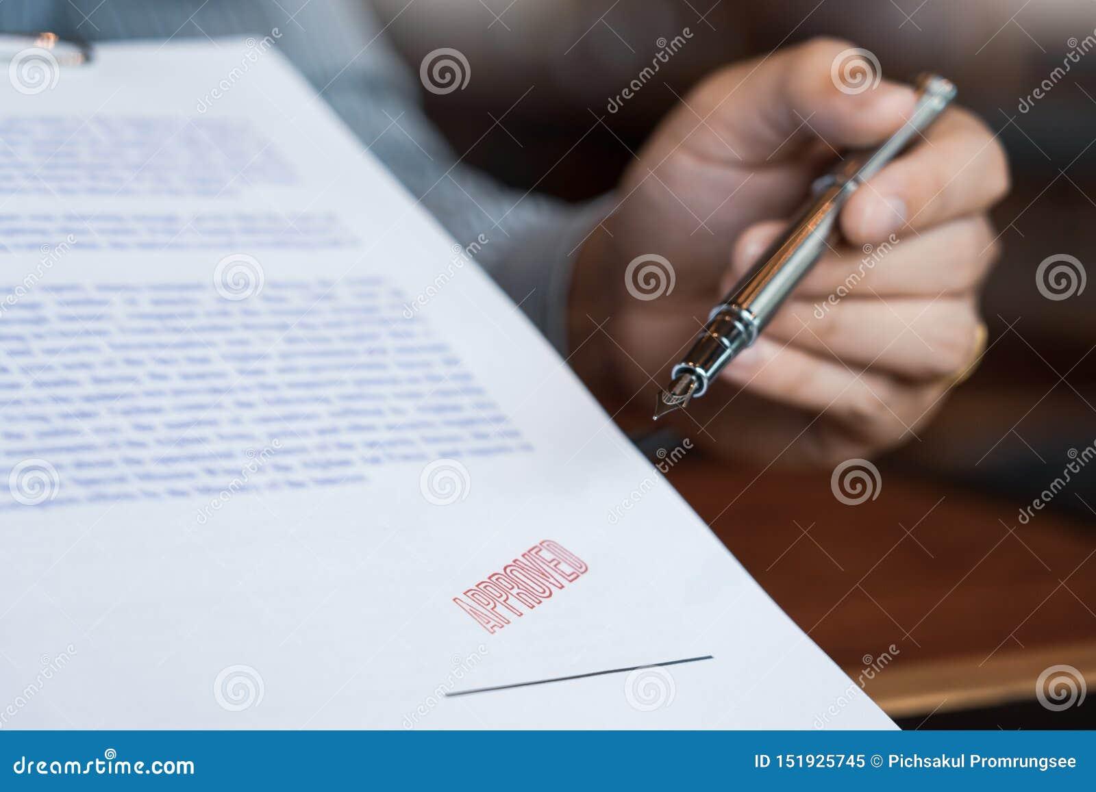 Manlig punkt till det undertecknande affärsdokumentet för att sätta häftet, reservoarpenna och godkänt stämplade på ett dokument,