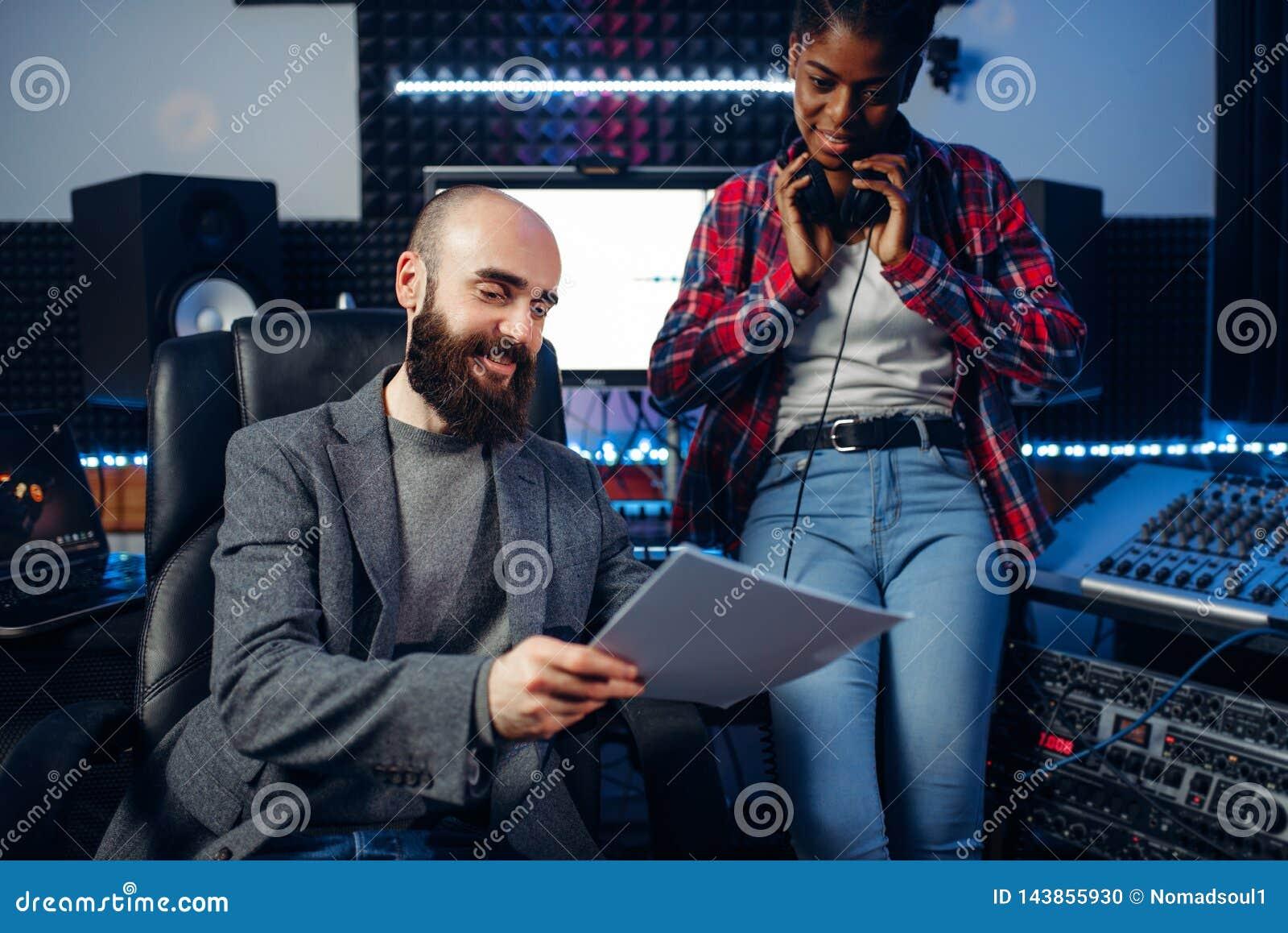 Manlig solid producent och kvinnlig sångare i studio