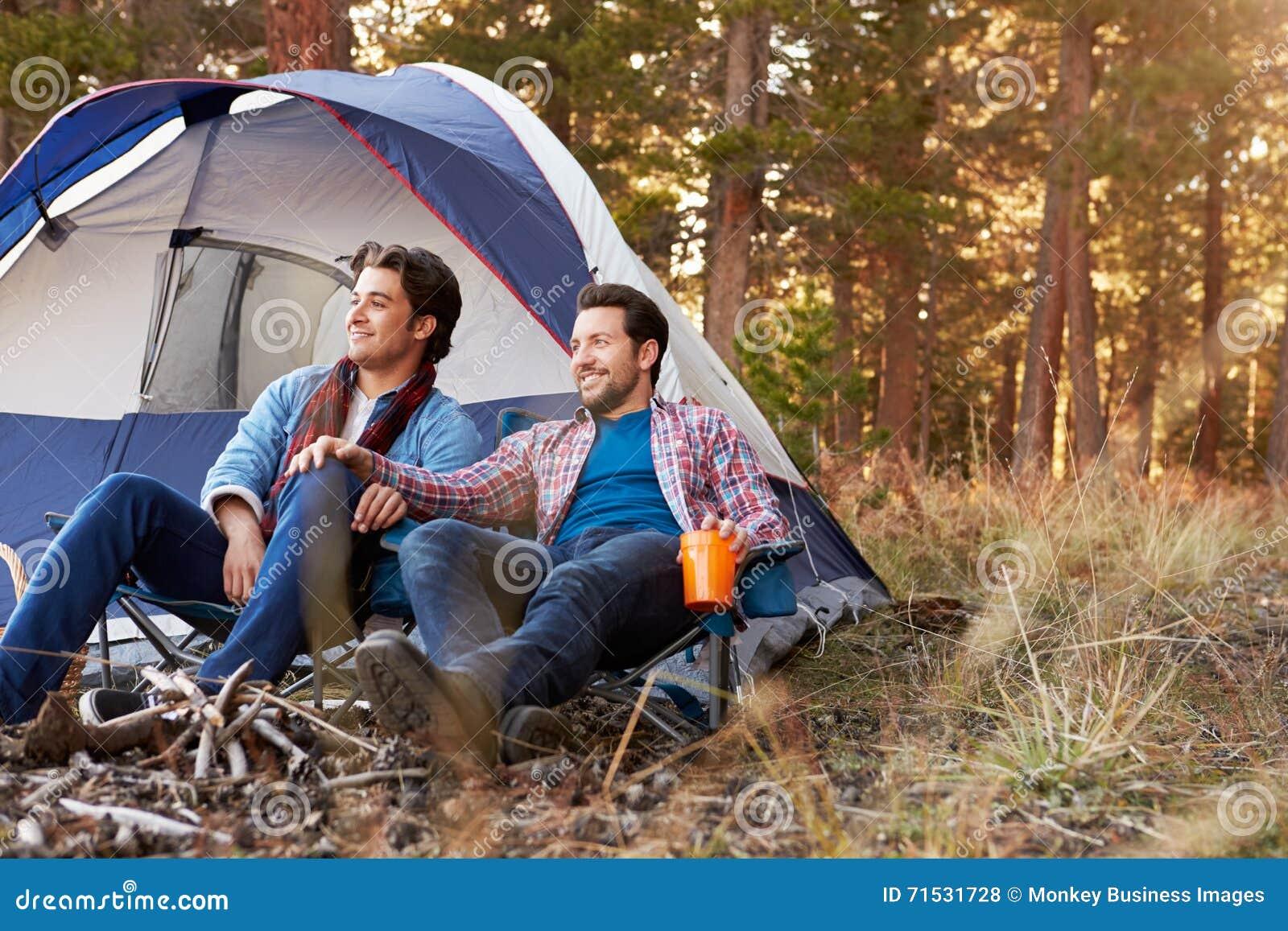 Manliga glade par på Autumn Camping Trip