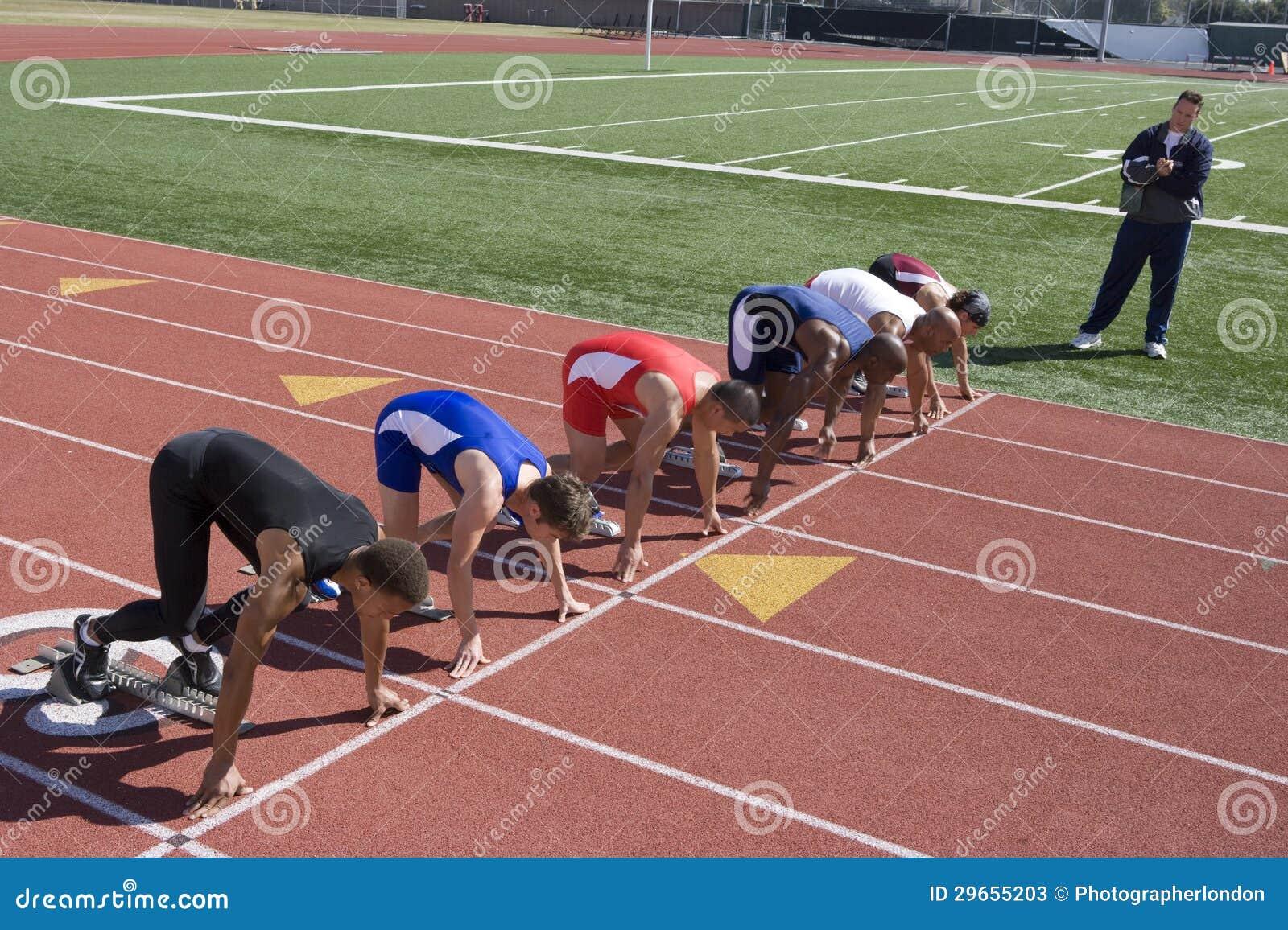 Manliga löpare som förbereder sig för lopp