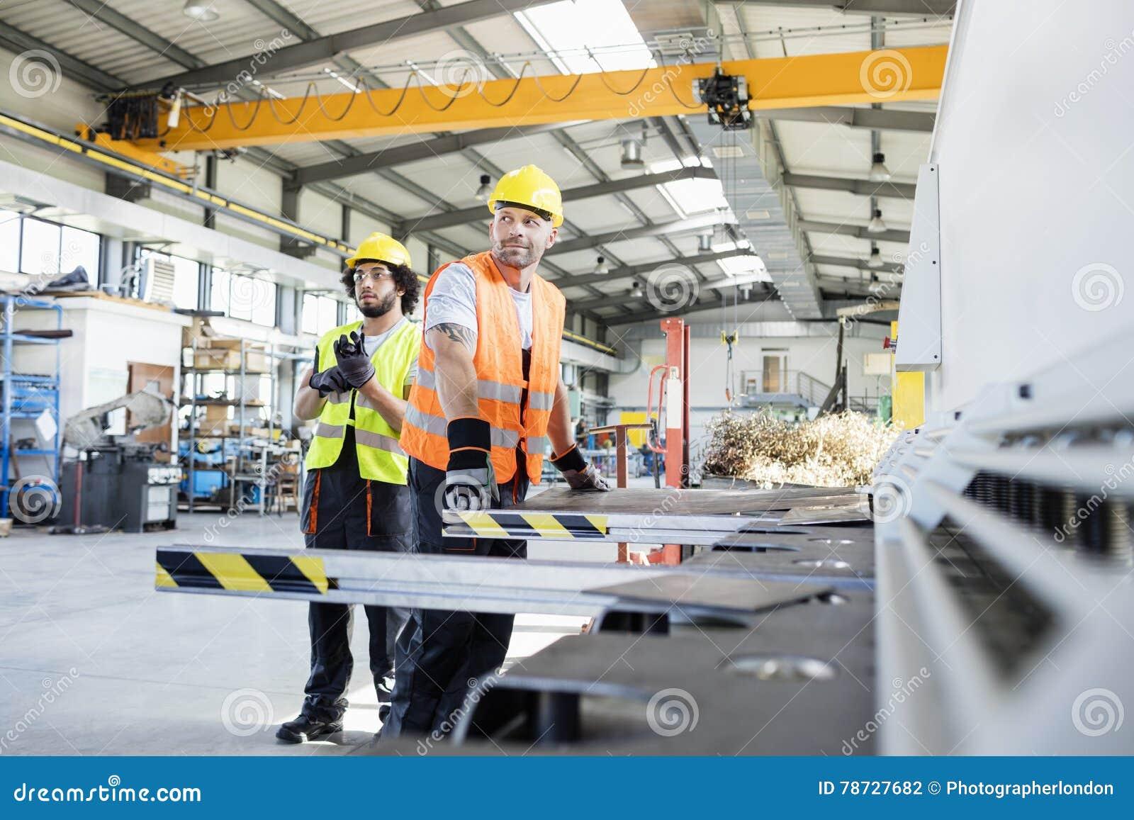 Manliga manuella arbetare som arbetar på metallbransch