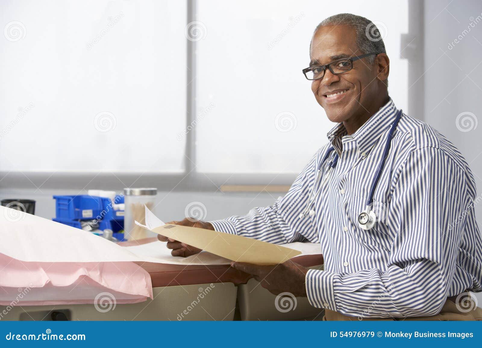 Manliga patientanmärkningar för doktor In Surgery Reading