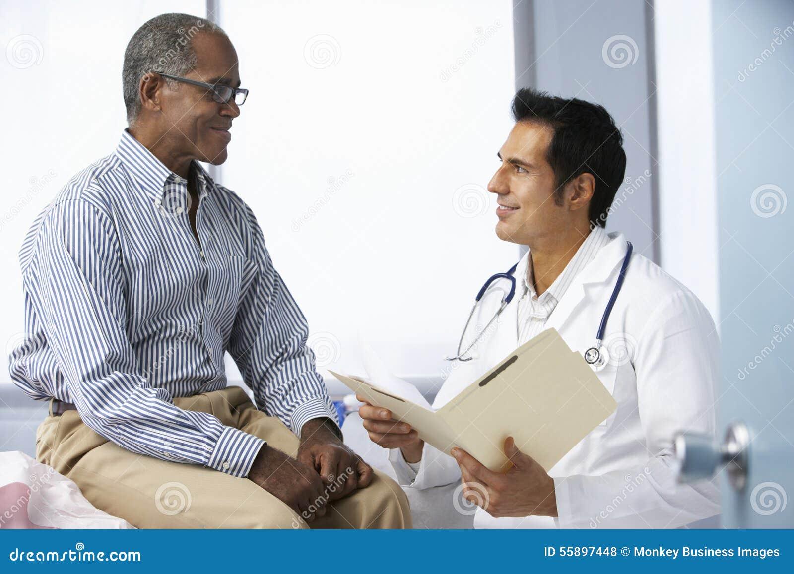 Manliga tålmodiga läsninganmärkningar för doktor In Surgery With