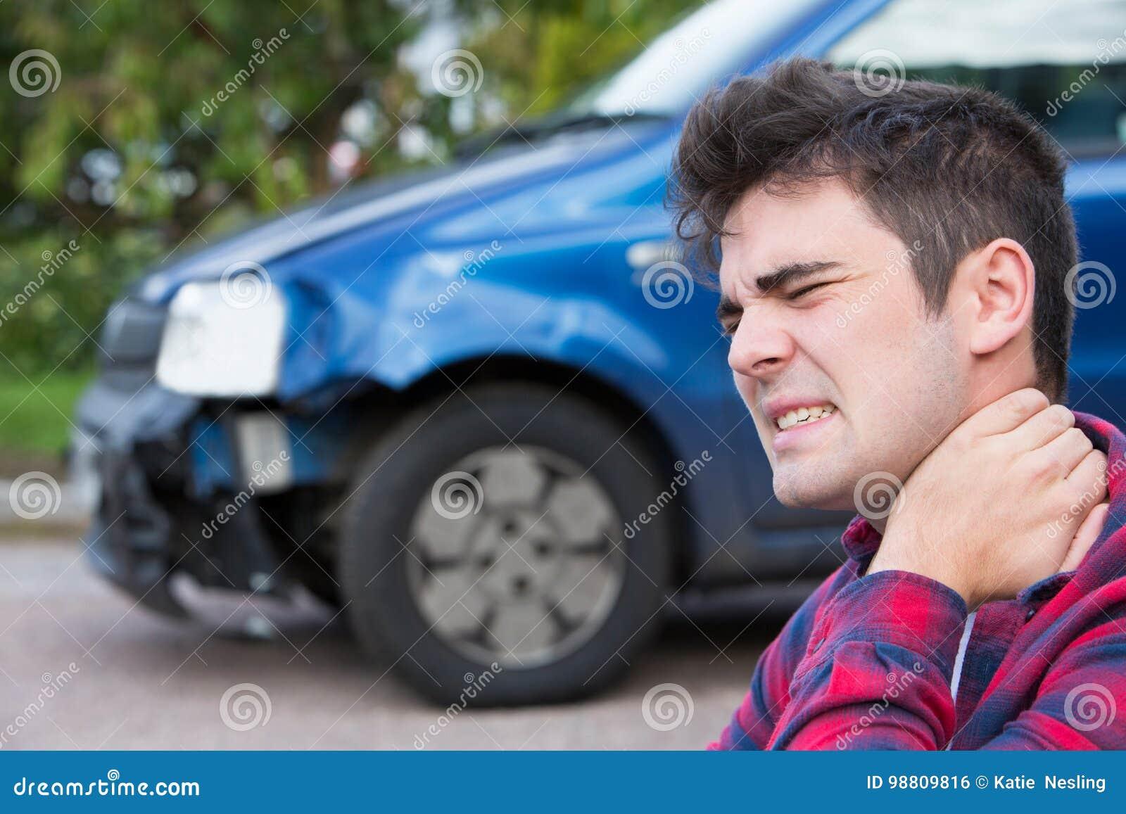 Manligt bilistlidande från pisksnärt efter bilolycka