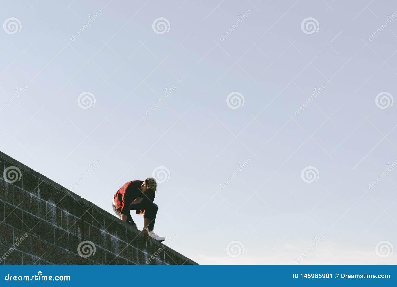 Mann über einer Wand