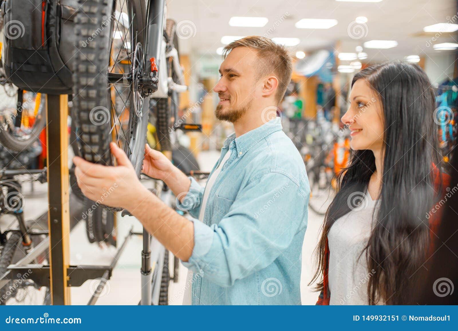 Mann überprüft Fahrradscheibenbrüche, Einkaufen