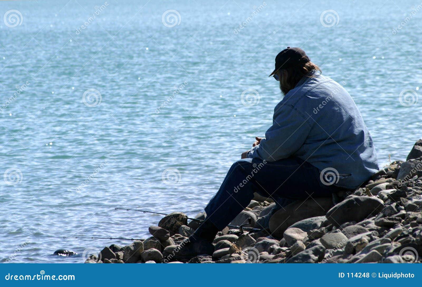 Mann alleine in dem See