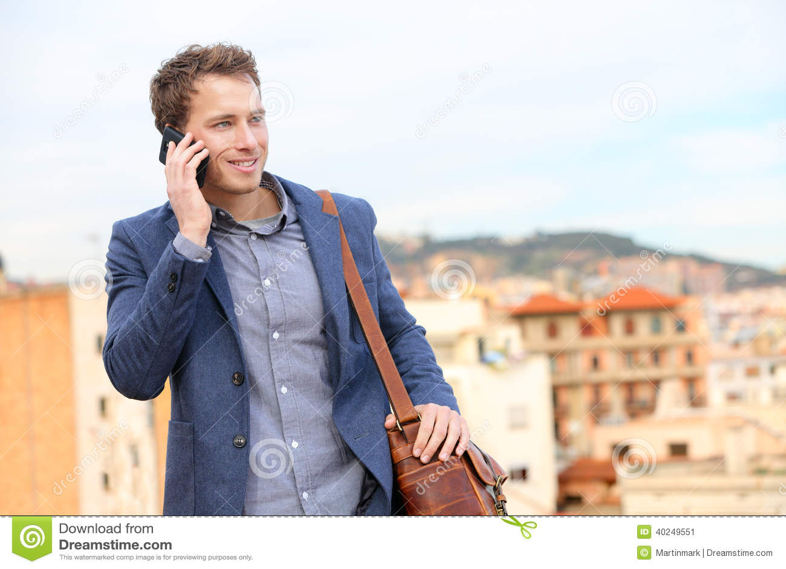 Mann auf Smartphone - junge Geschäftsmannunterhaltung