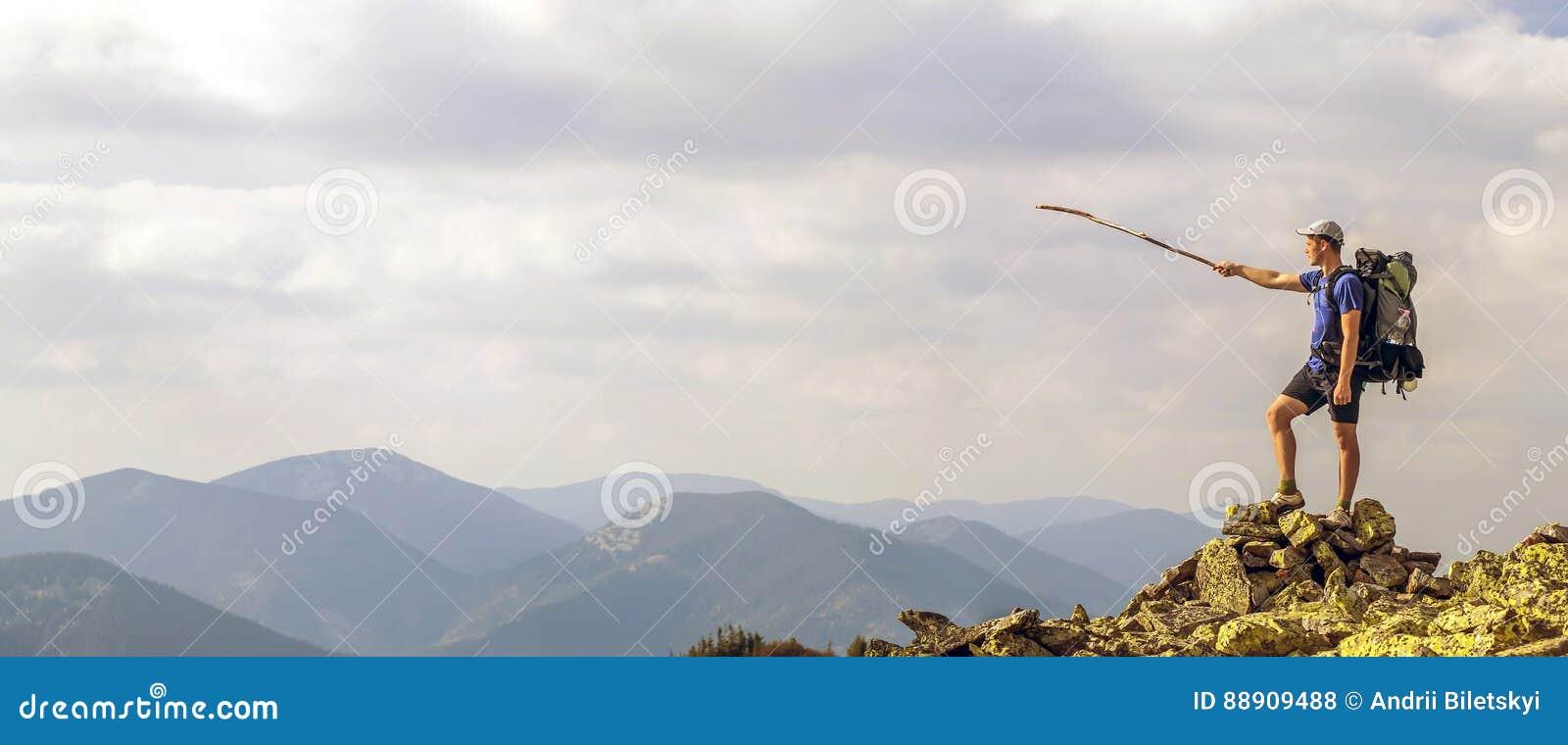 Mann auf Spitze des Berges Emotionale Szene Junger Mann mit backpac
