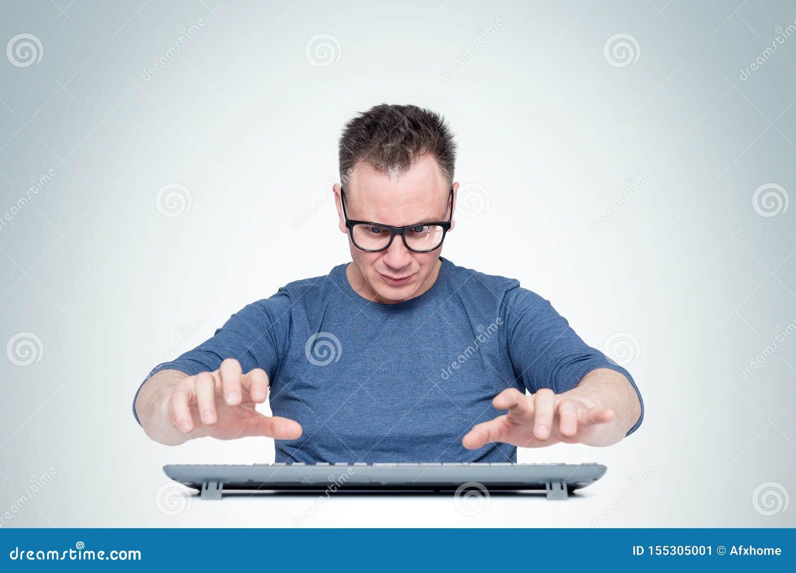 Mann, beim Glasarbeiten am Computer, seine Hände schweben über der Tastatur beim Schreiben, auf hellem Hintergrund Front View