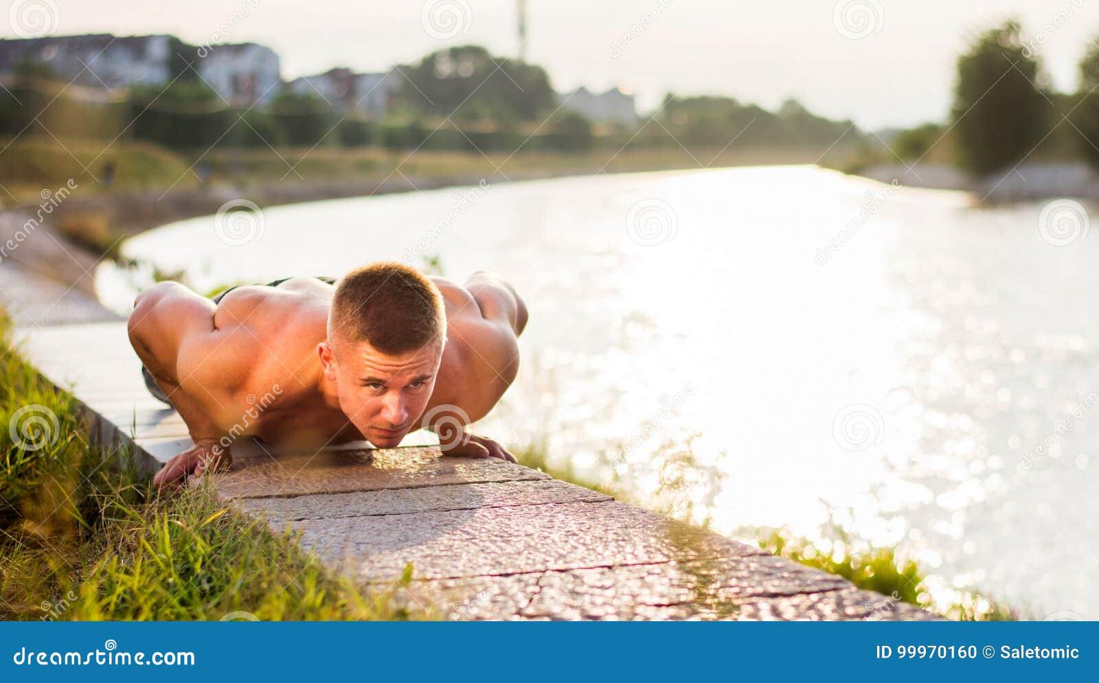 Mann, den die Ausführung drücken, ups durch den Fluss