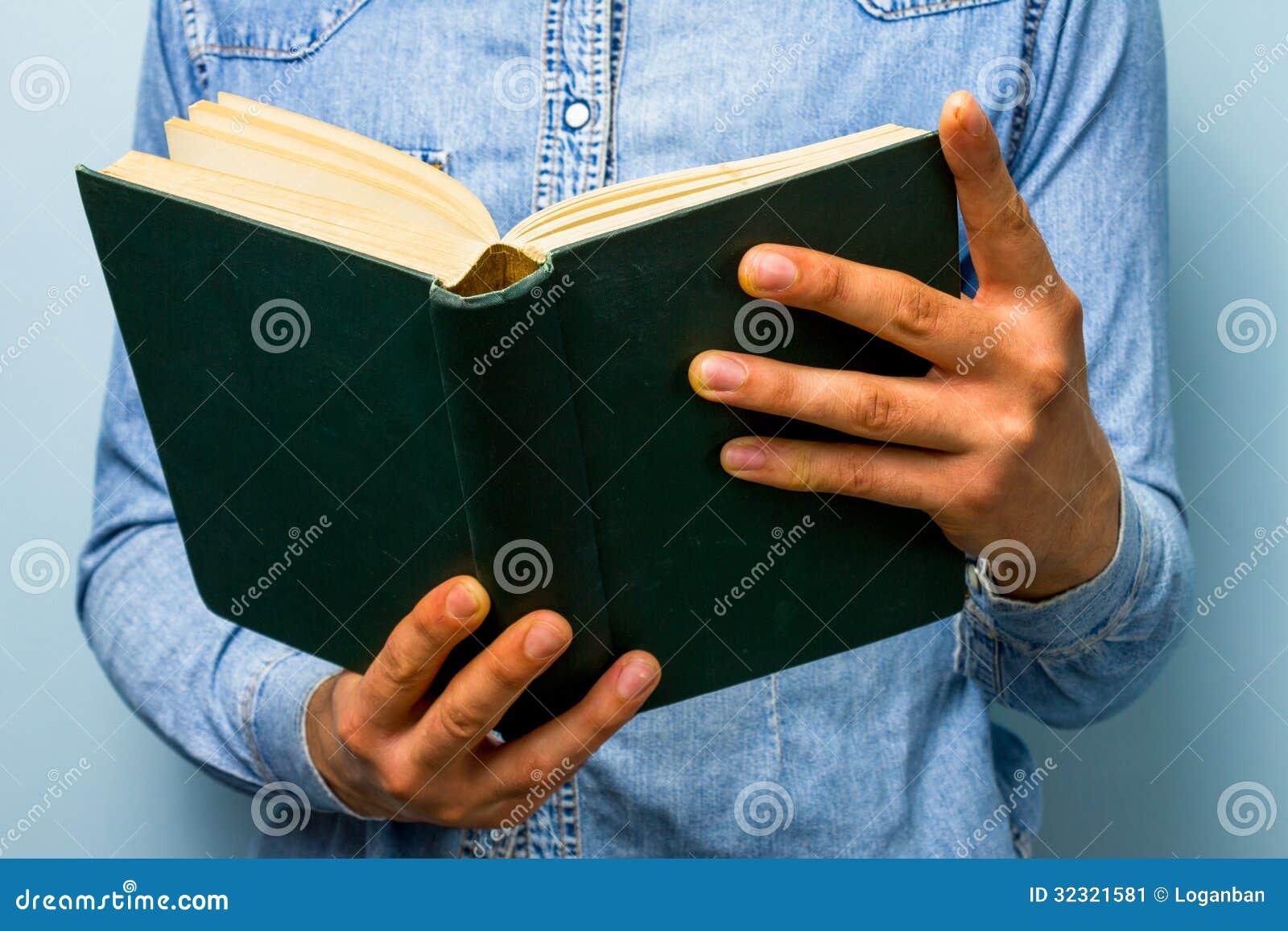 Mann, Der Altes Schweres Buch Liest. Die Bibel? Stockbild - Bild von ...