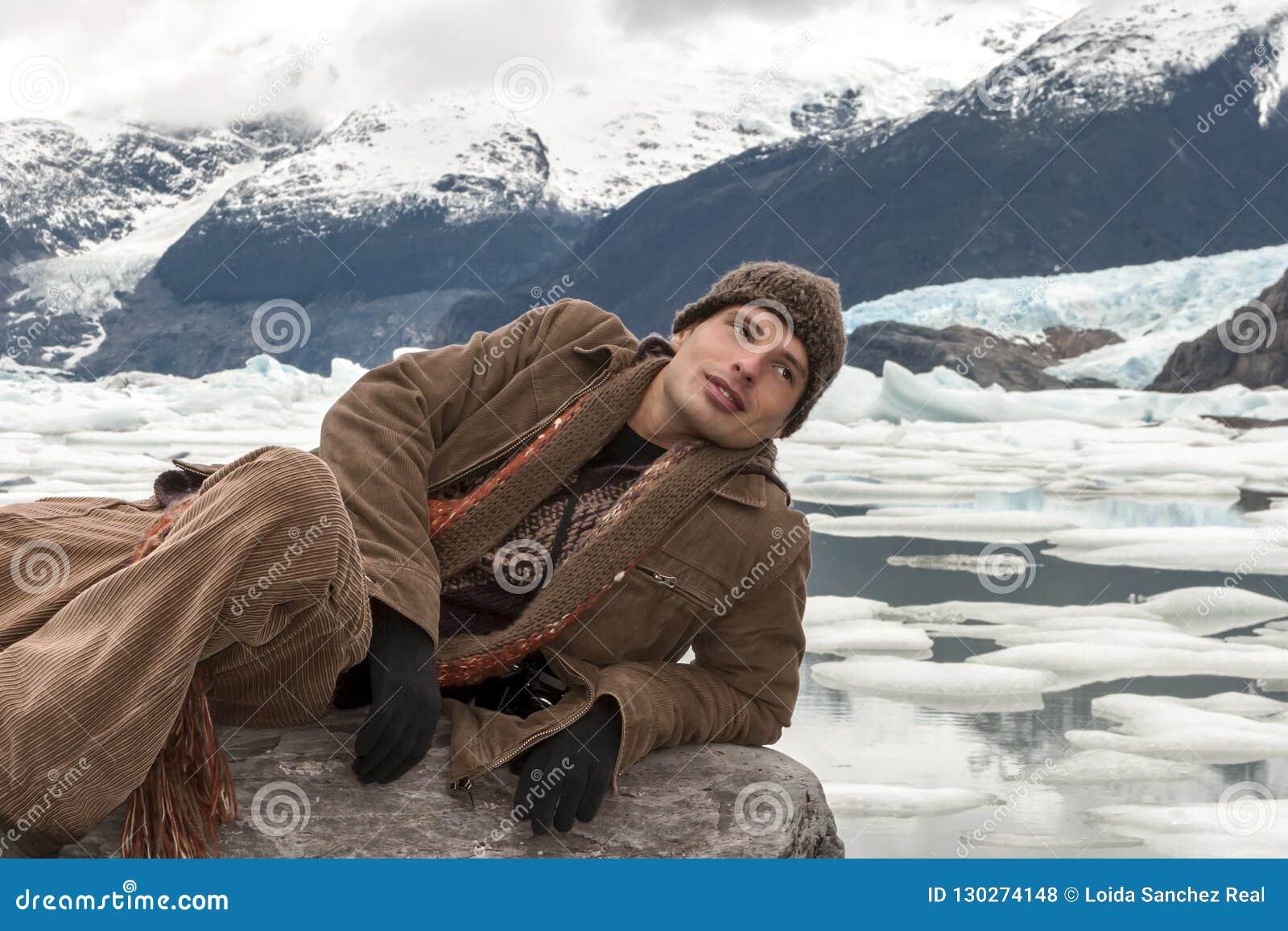 Mann, der auf dem Felsen in Upsala, Argentinien liegt