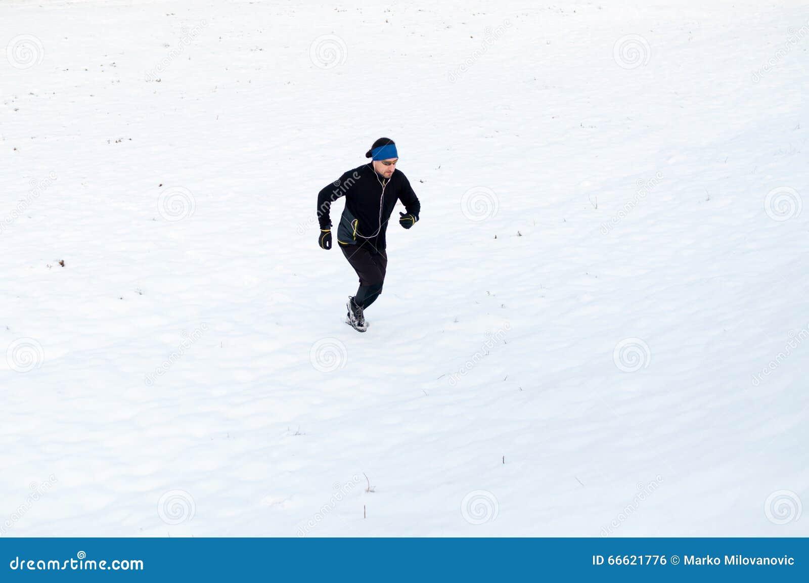 Mann, der auf dem Schnee läuft
