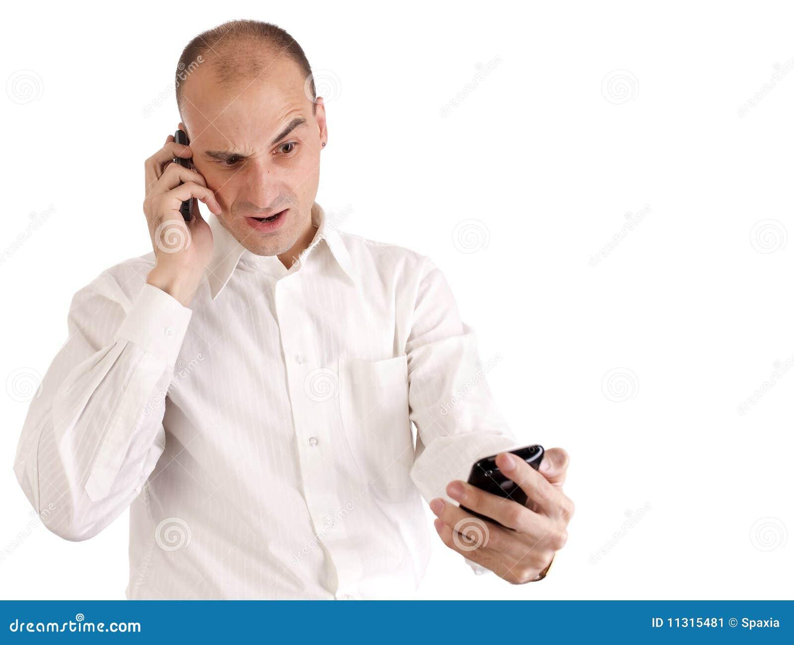 Mann, der auf seinem Handy spricht