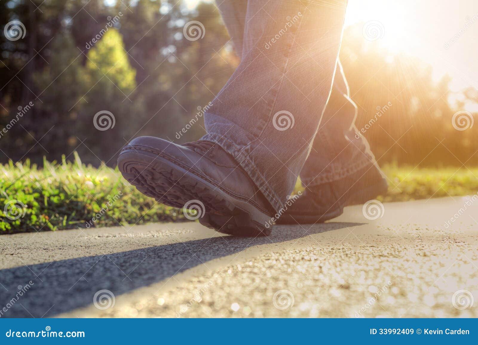 Mann, der auf Straße geht.