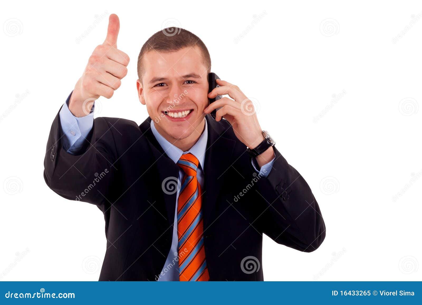 Mann, der Daumen oben am Telefon zeigt