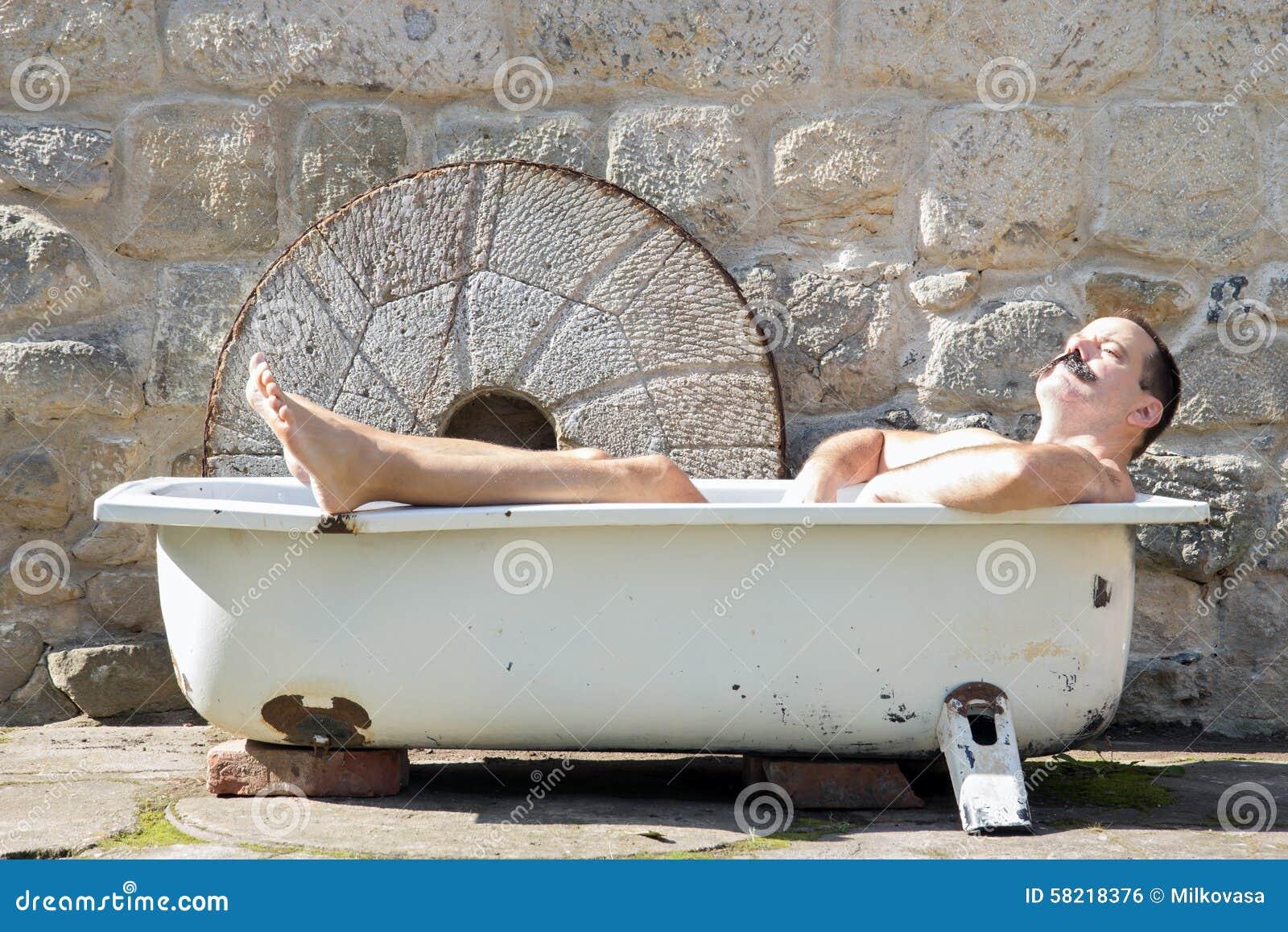 mann der in der badewanne stillsteht stockfoto bild von mann sauber 58218376. Black Bedroom Furniture Sets. Home Design Ideas