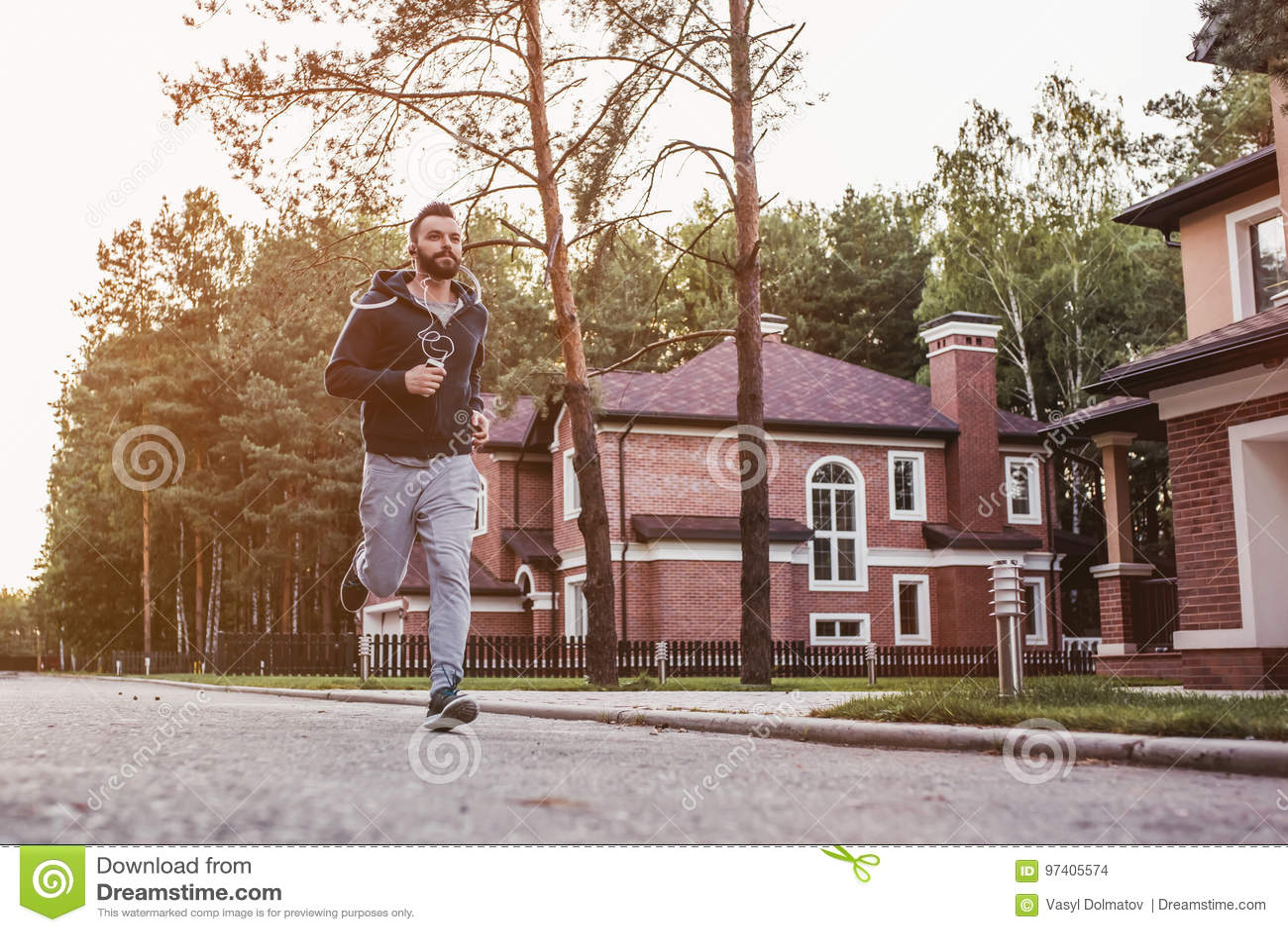 Mann, der draußen läuft