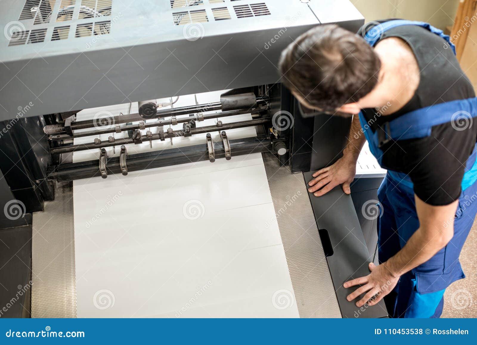 Mann, der an der Druckherstellung arbeitet