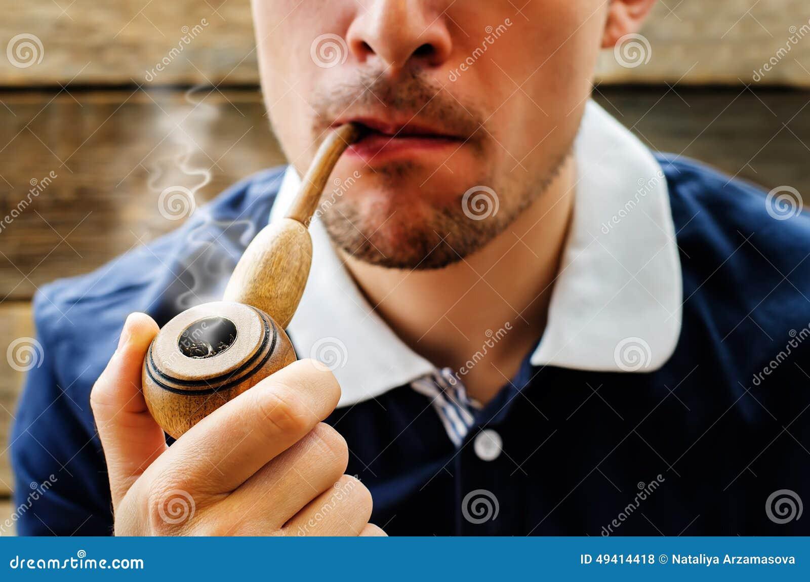 Download Mann, der ein Rohr raucht stockfoto. Bild von person - 49414418