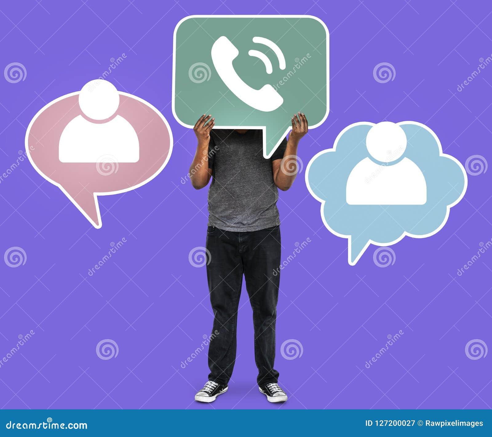 Mann, der ein Telefonsymbol für Telekommunikation hält