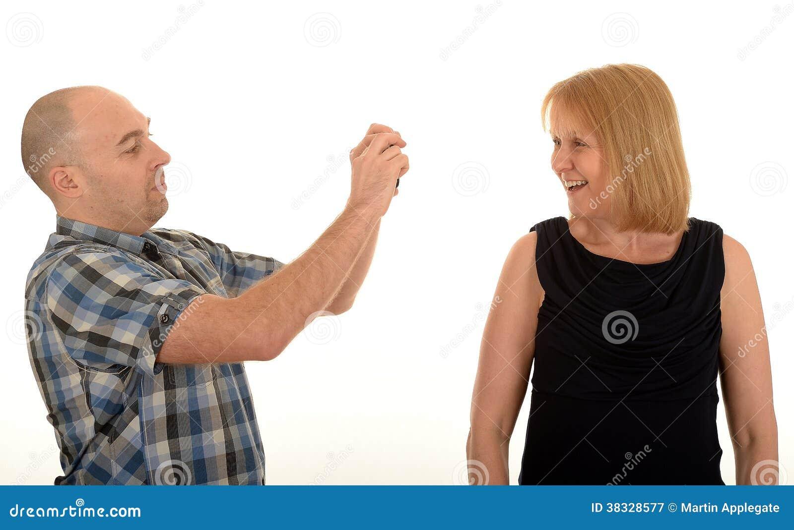 Mann, Der Eine Frau Fotografiert Stockbild - Bild von