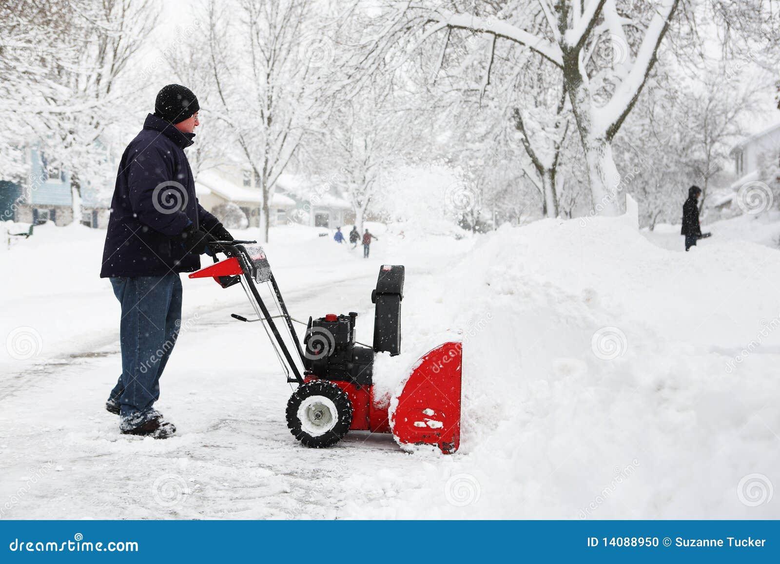 Mann, der eine Schneekanone verwendet