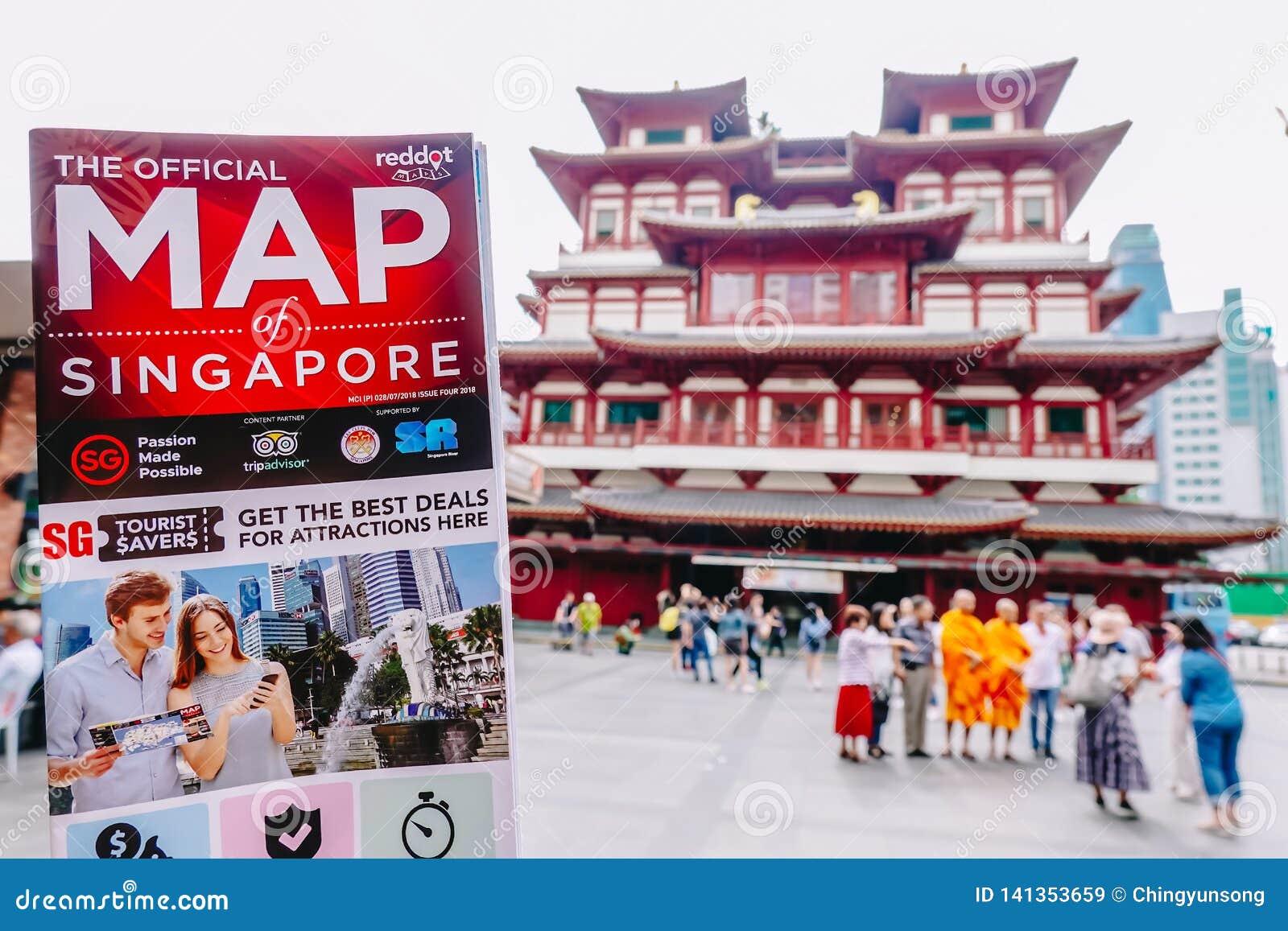 Mann, der eine Singapur-Karte am Relikt-Tempel Buddhas Toothe in Chinatown Singapur hält