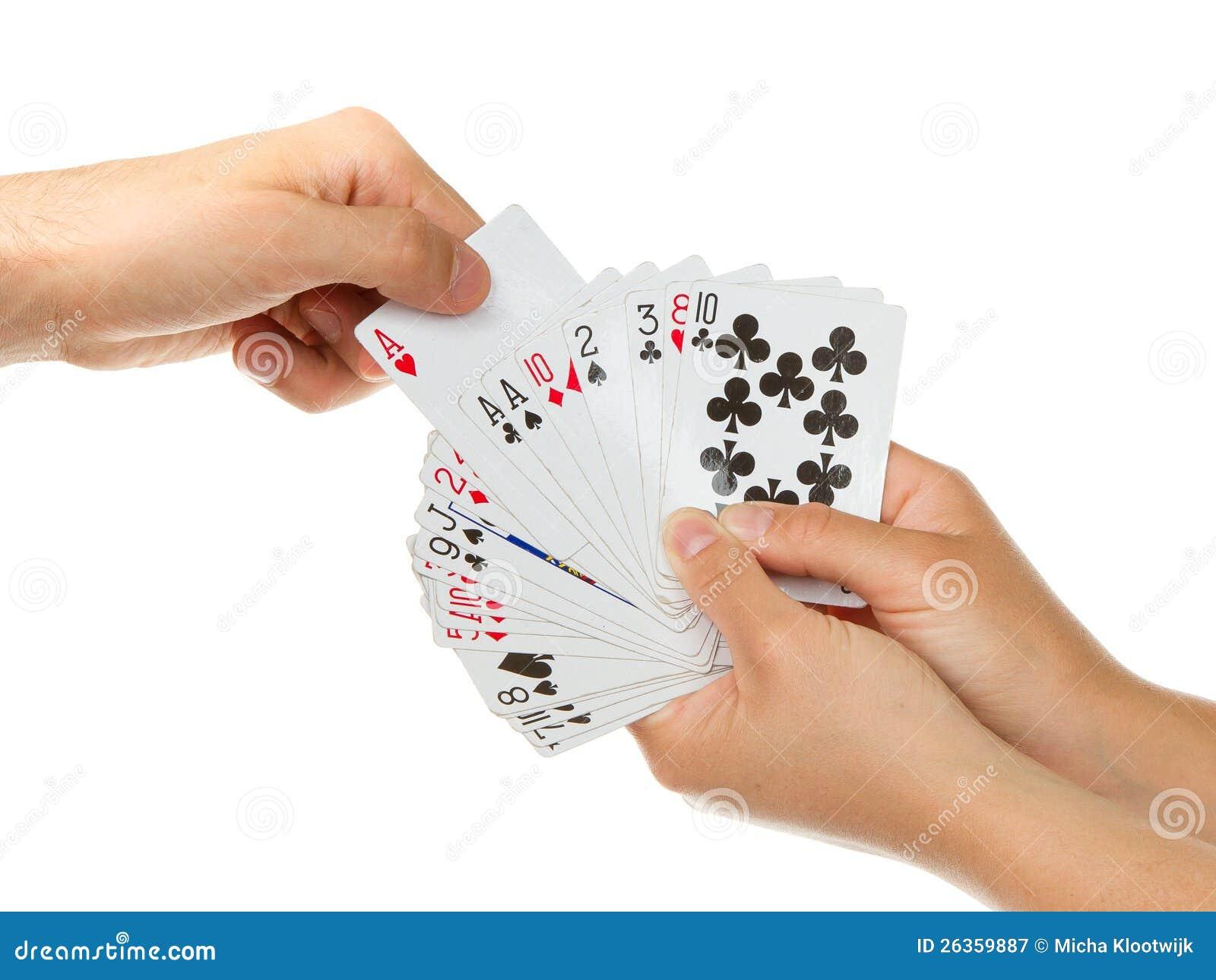 Mann, der eine Spielkarte auswählt