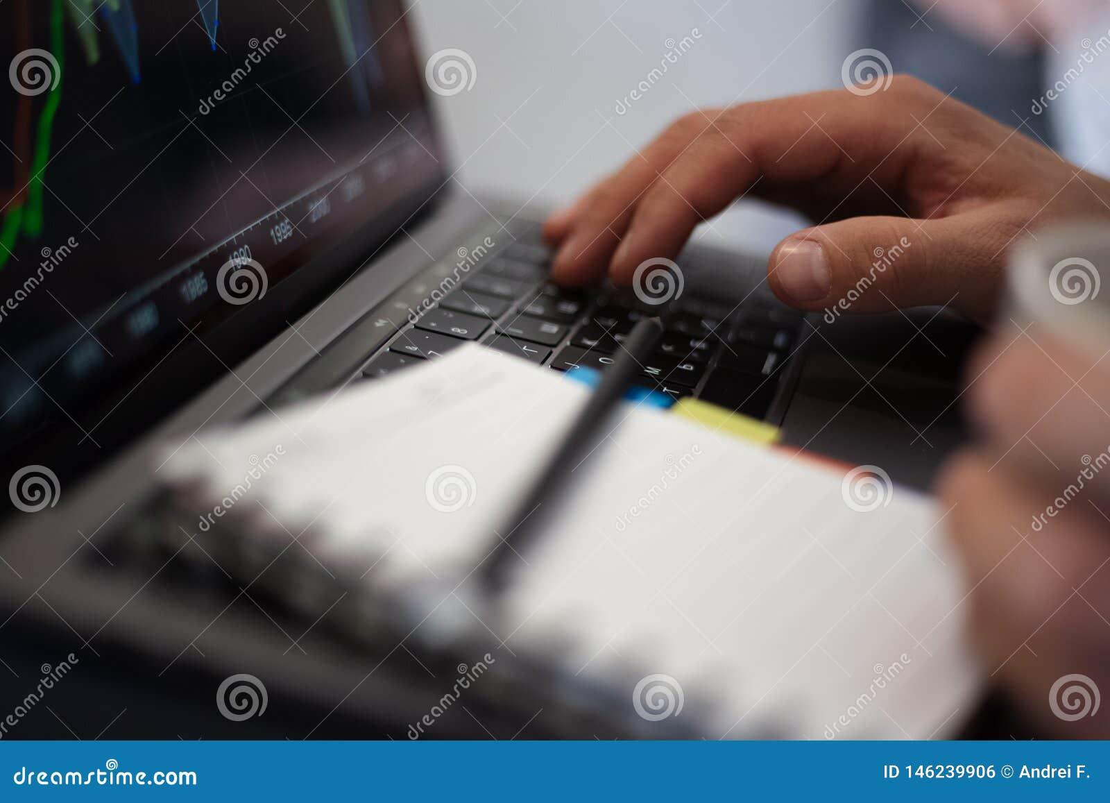 Mann, der an einem Projekt auf Laptop arbeitet