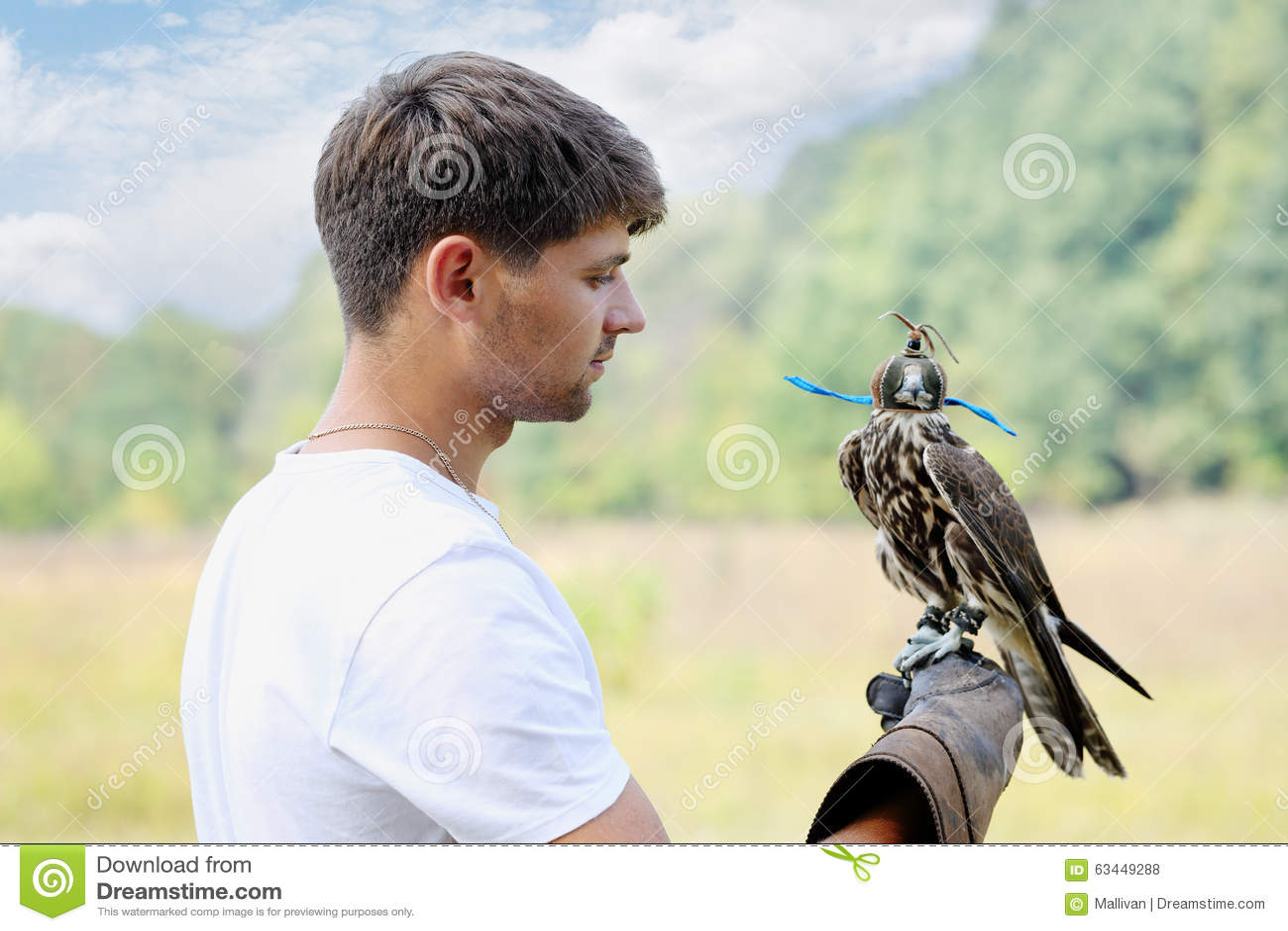 Mann, der einen Falken hält