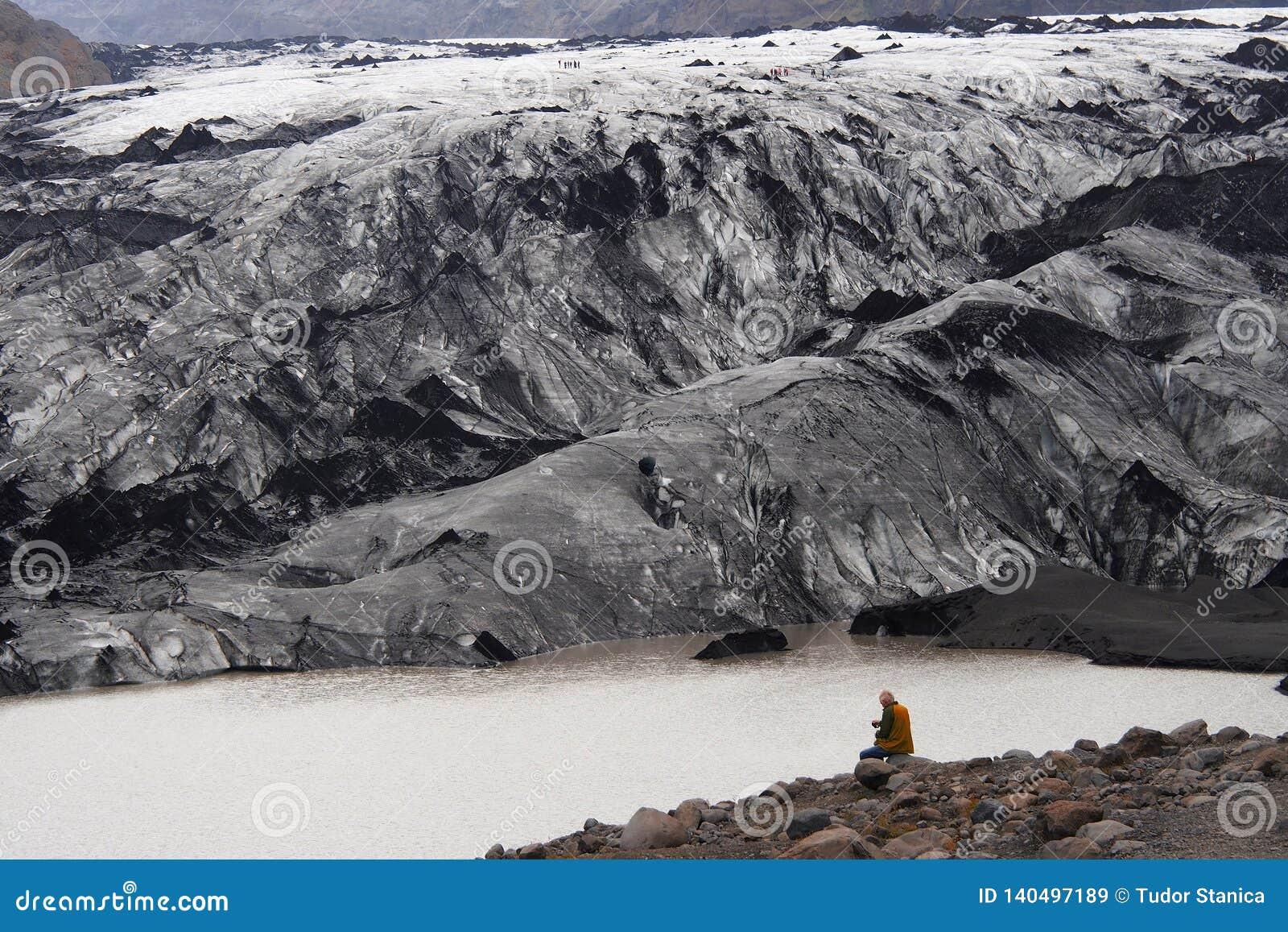 Mann, der einen Gletscher in Island betrachtet