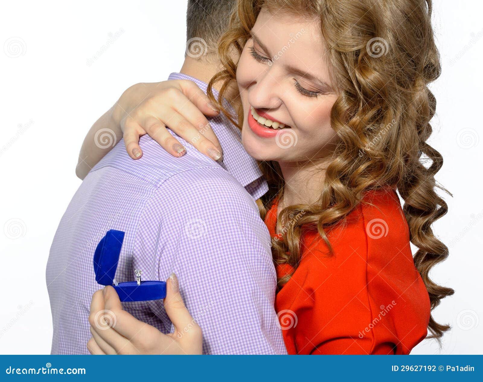 Mann Der Einer Frau Einen Verlobungsring Gibt Stockfoto Bild Von