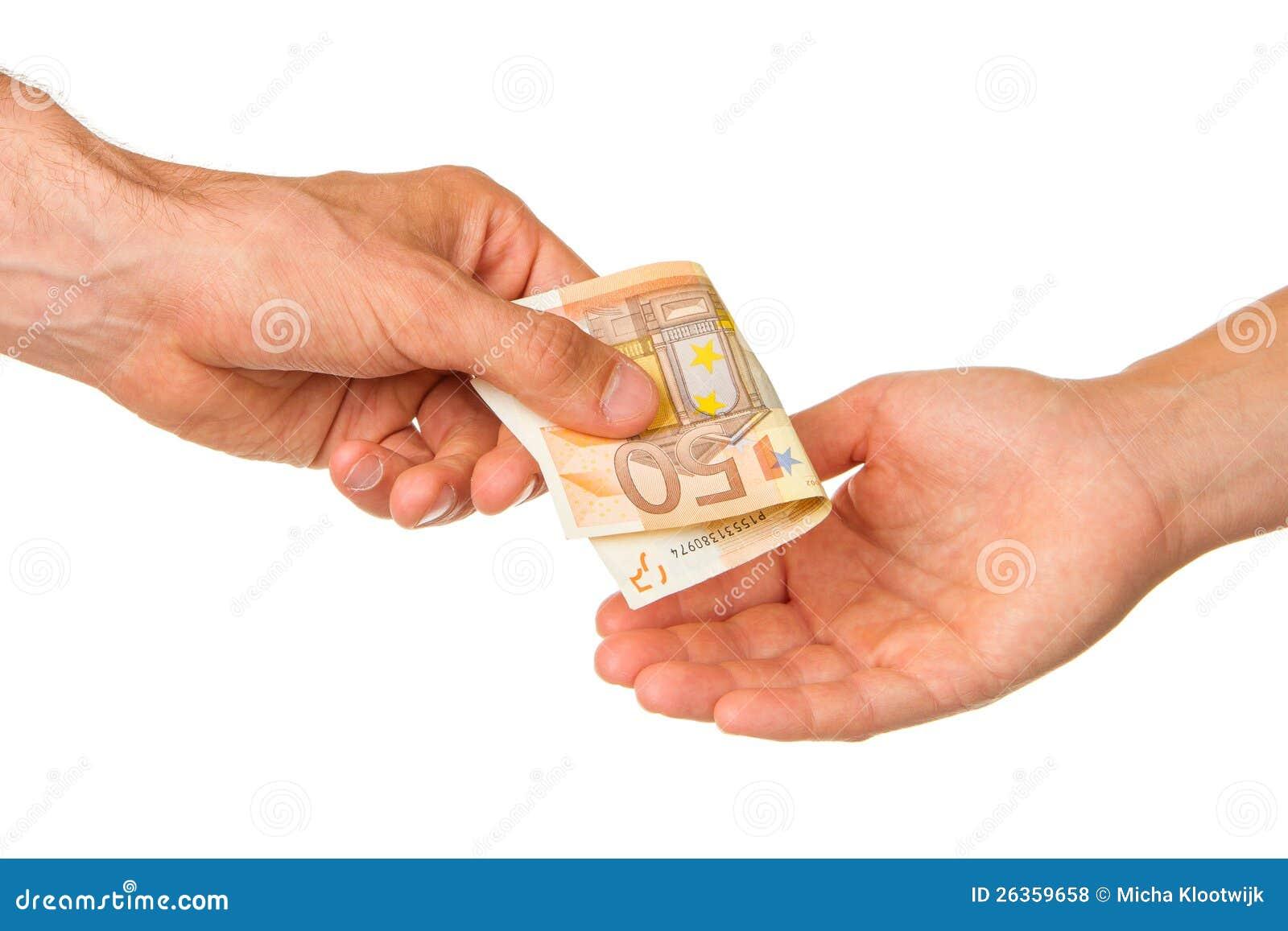 Mann, der einer Frau Euro 50 gibt