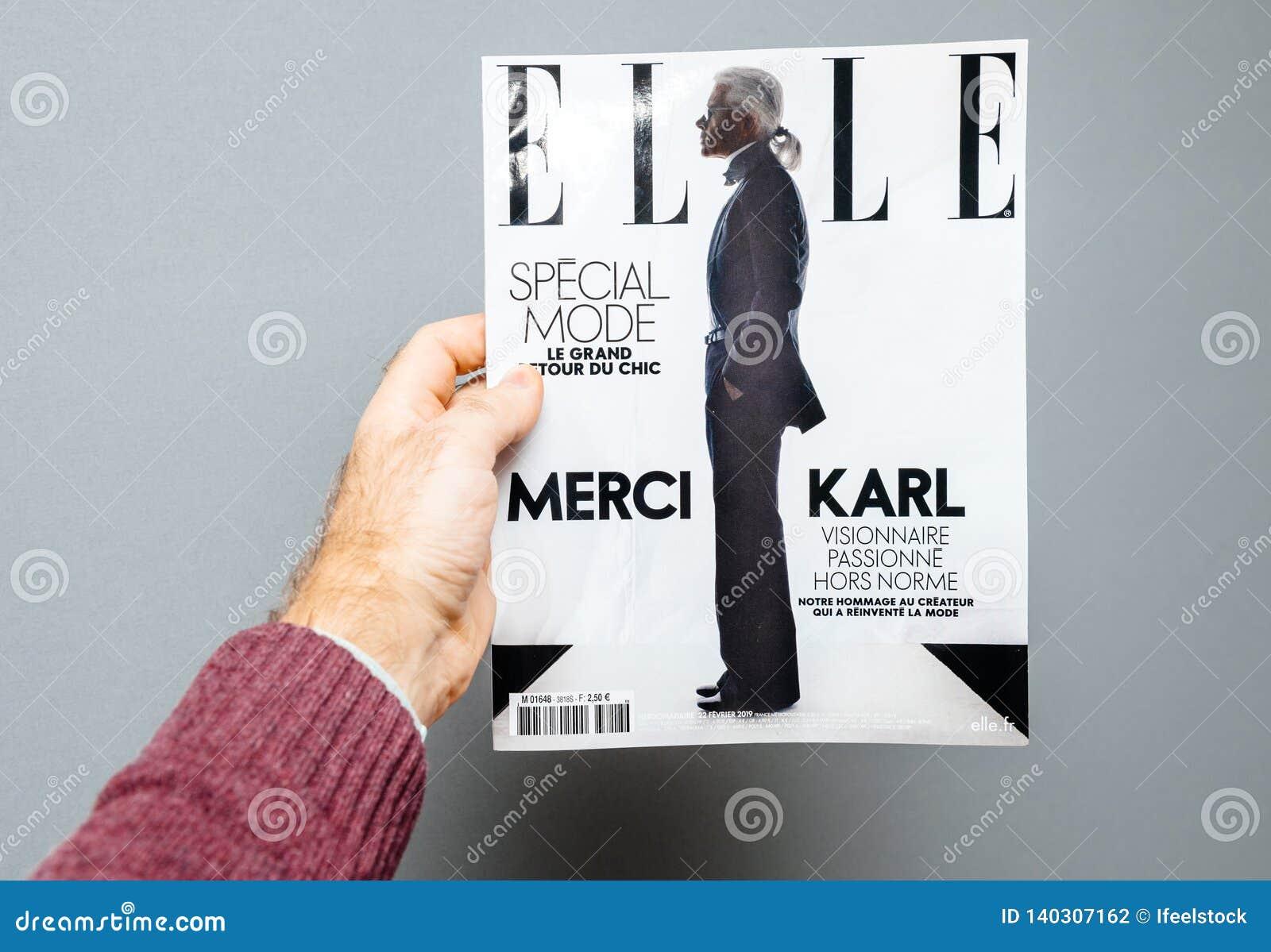 Mann, der Elle-Zeitschrift kennzeichnet Abdeckung Karl Lagerfeld-Tod hält