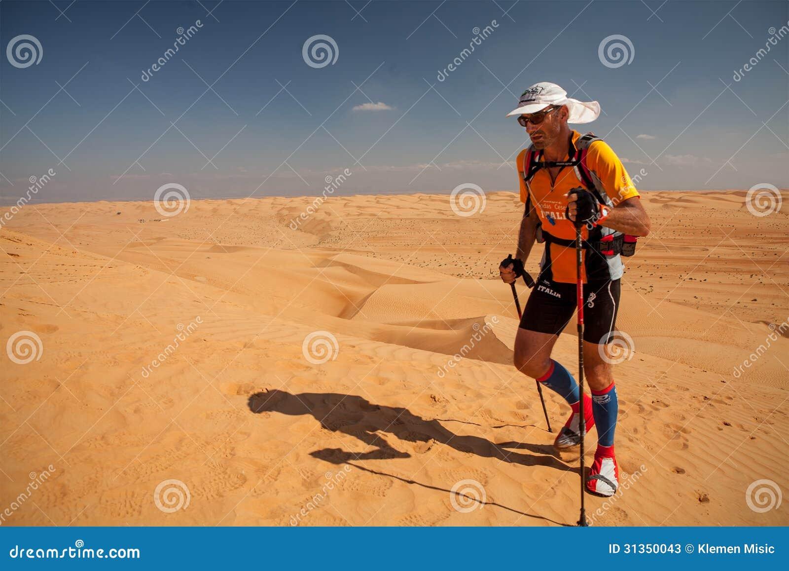 Mann, der extremen Wüstenmarathon in Oman laufen lässt