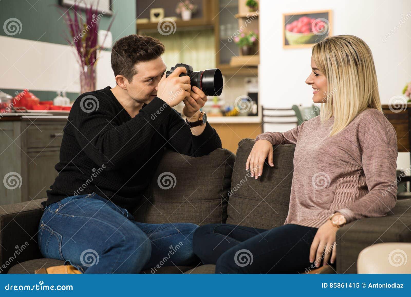 Mann, Der Fotos Seiner Freundin Macht Stockbild - Bild von