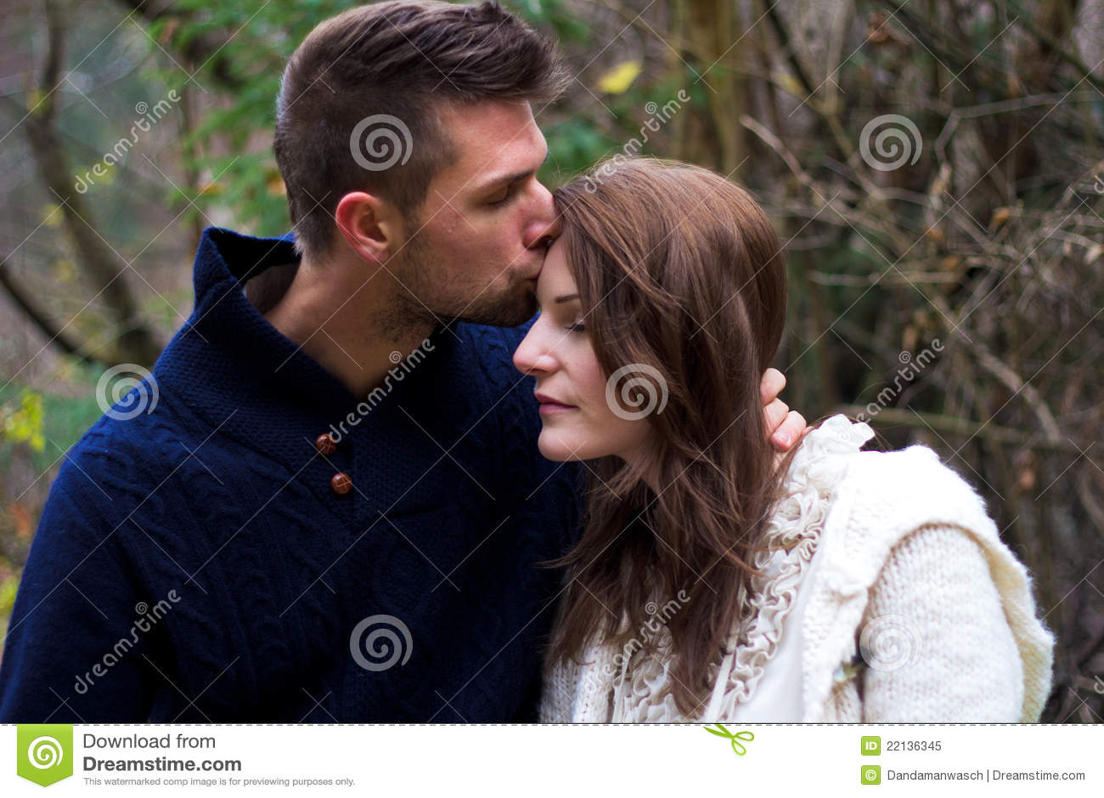 Mann, Der Frau Auf Der Backe Küßt Stockbild - Bild von