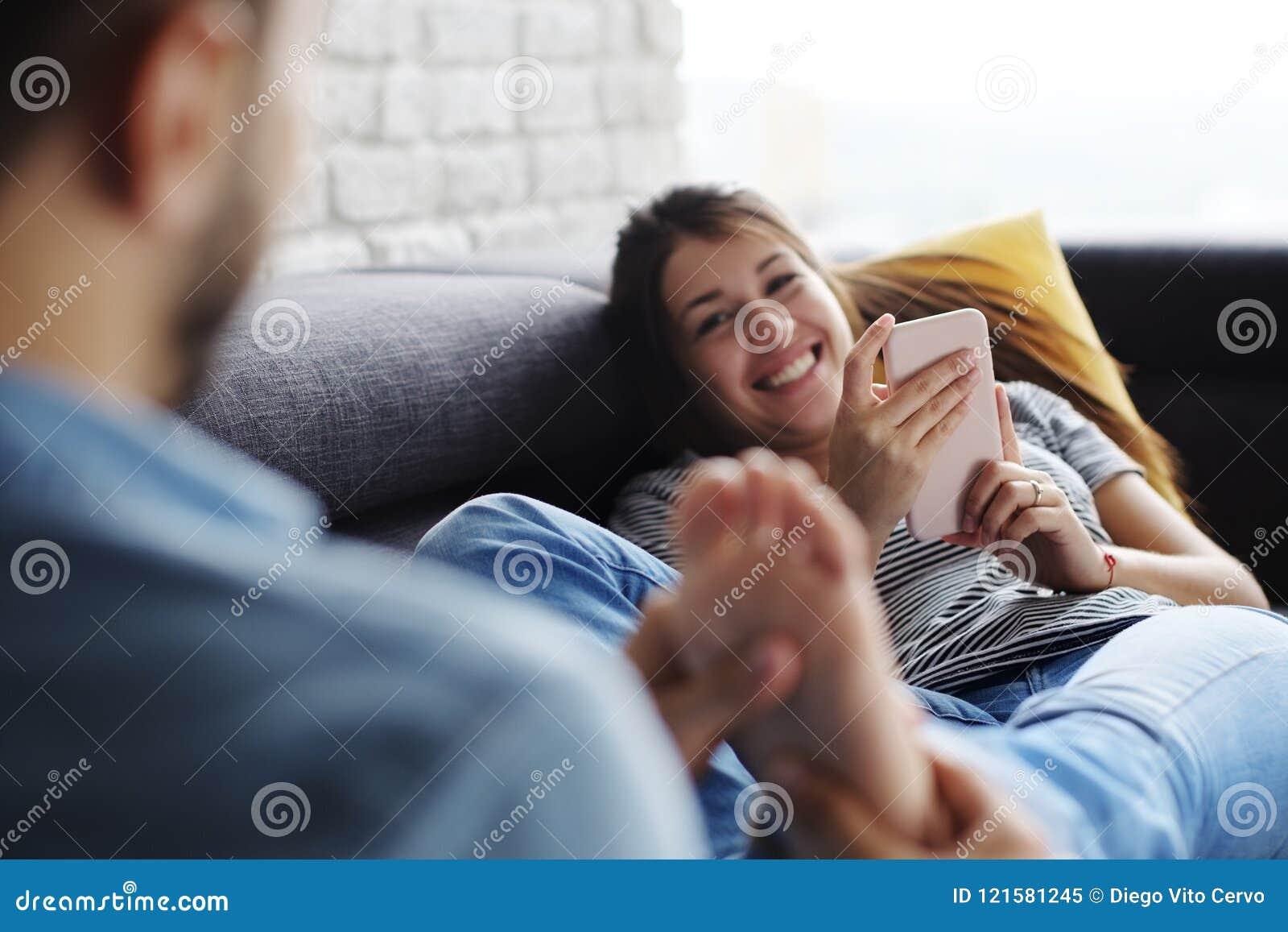 Mann Der Freundin Füße Auf Sofa At Home Massiert Stockbild Bild