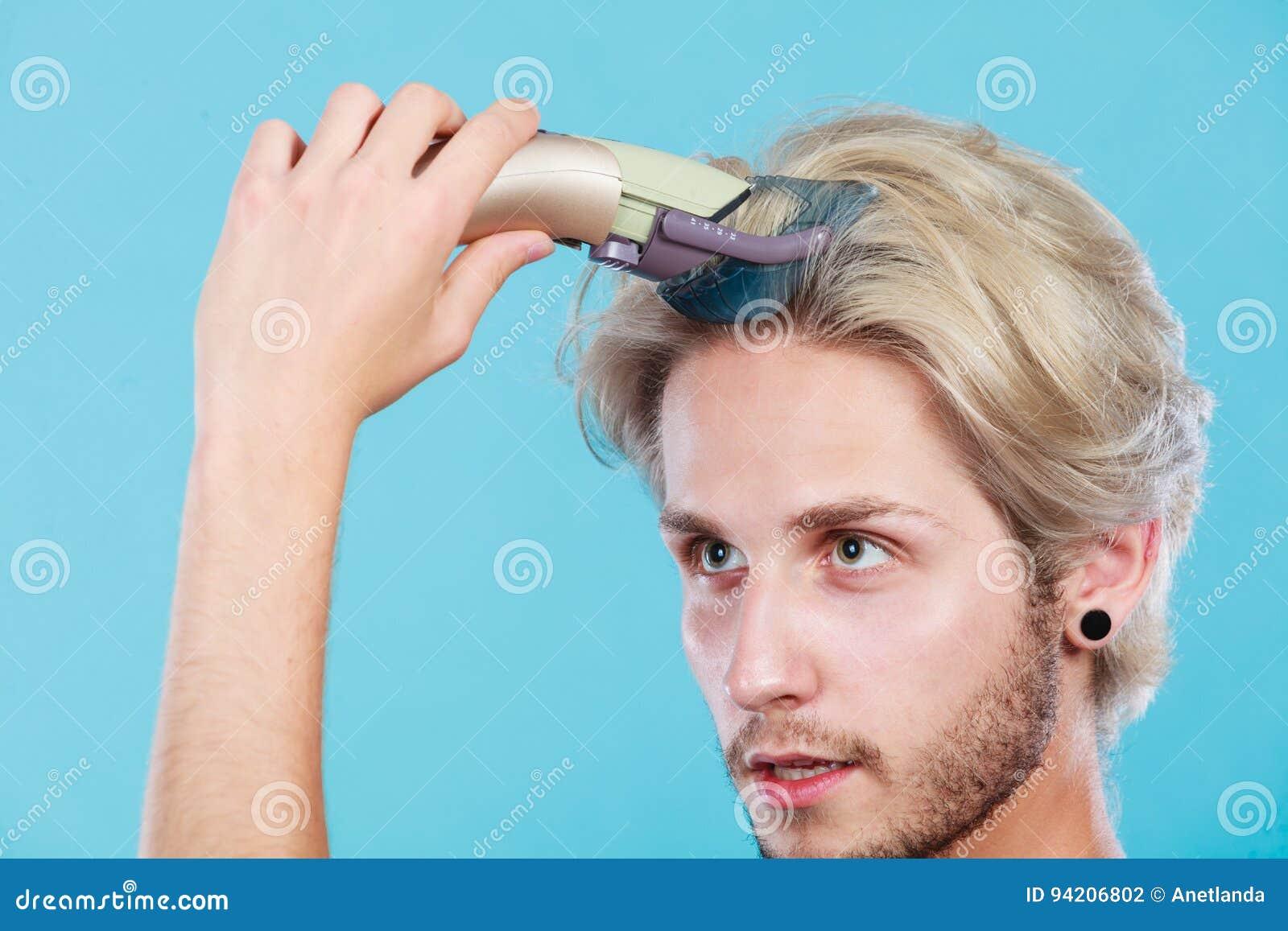 Mann, Der Geht, Sein Langes Haar Zu Rasieren Stockfoto