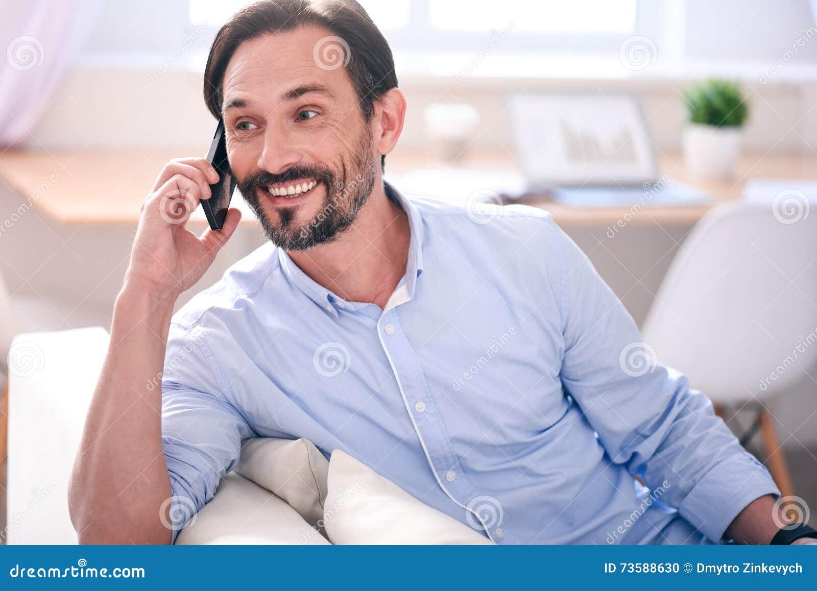 Mann, der Gespräch am Telefon hat