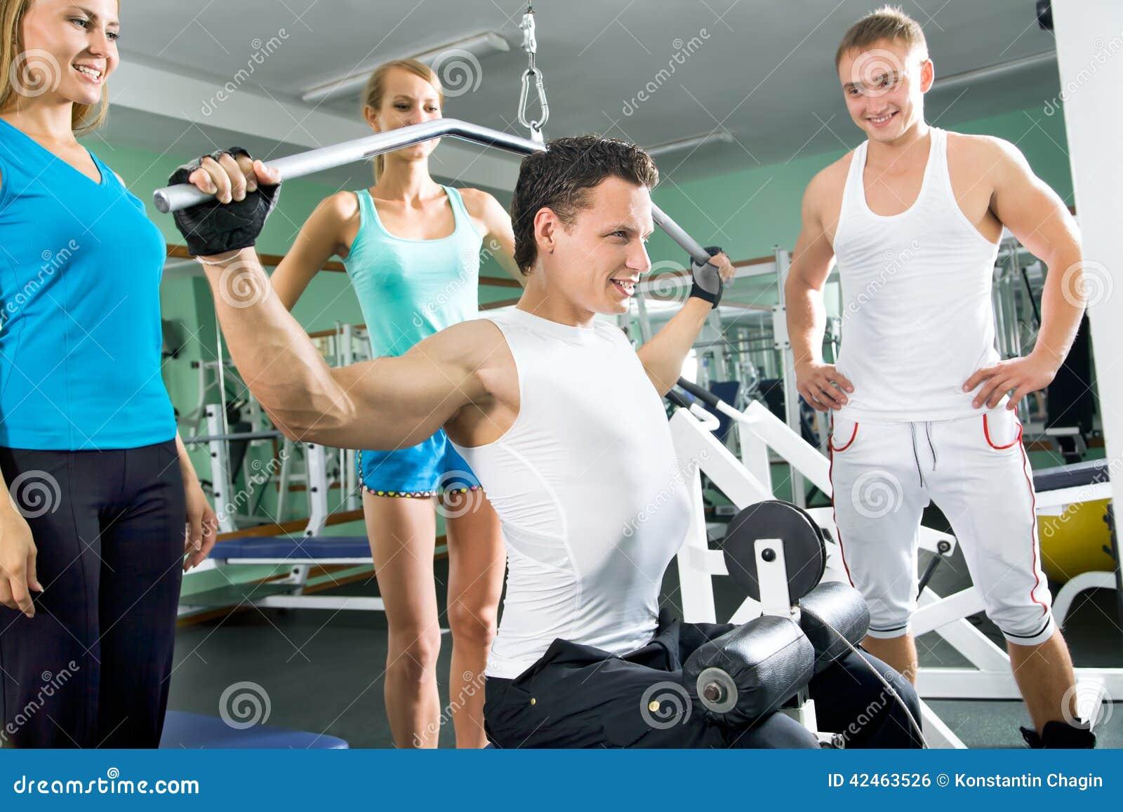 Mann an der Gymnastik Eignung