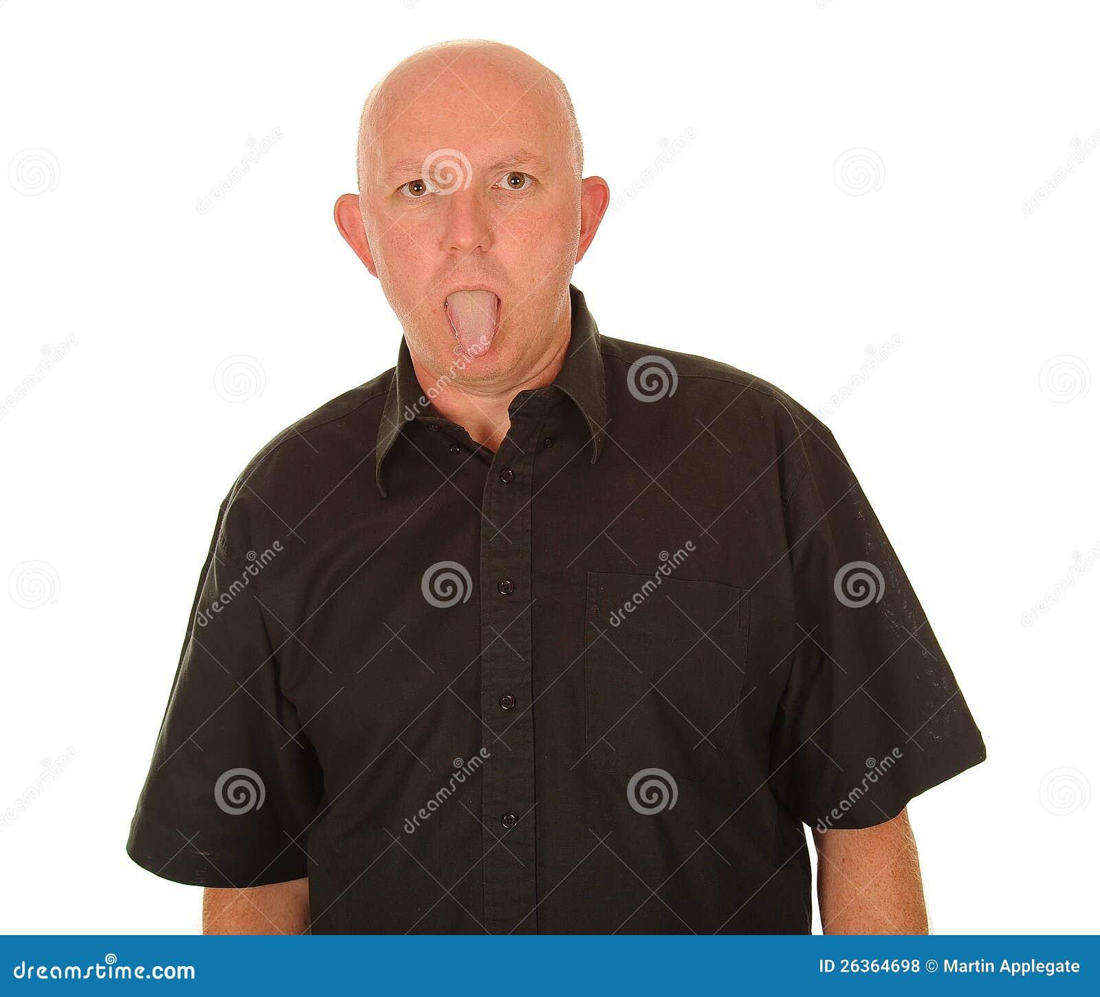Mann, der heraus seine Zunge haftet