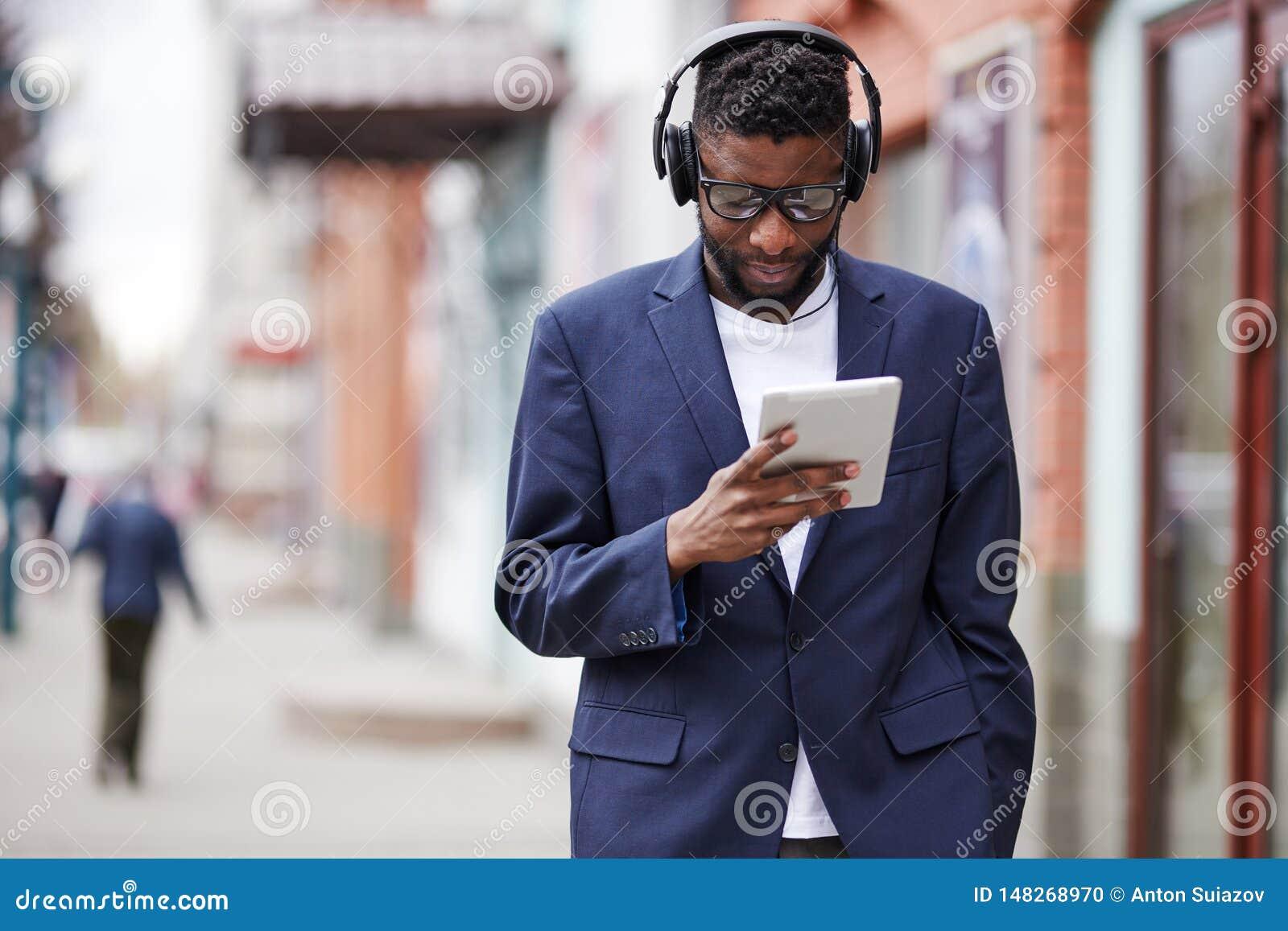 Mann, der hinunter die Straße mit Geräten geht