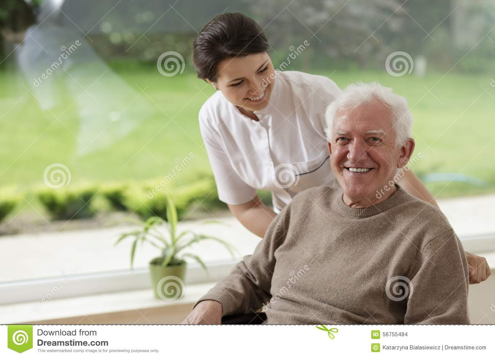 Mann, der im Pflegeheim bleibt