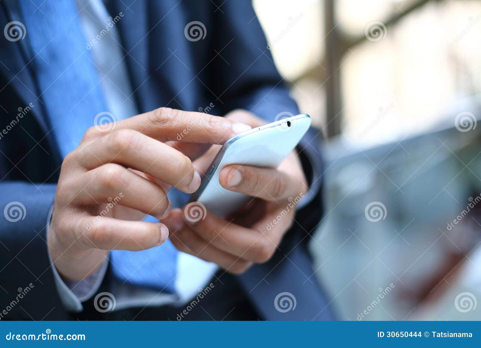 Mann, der intelligentes Mobiltelefon verwendet